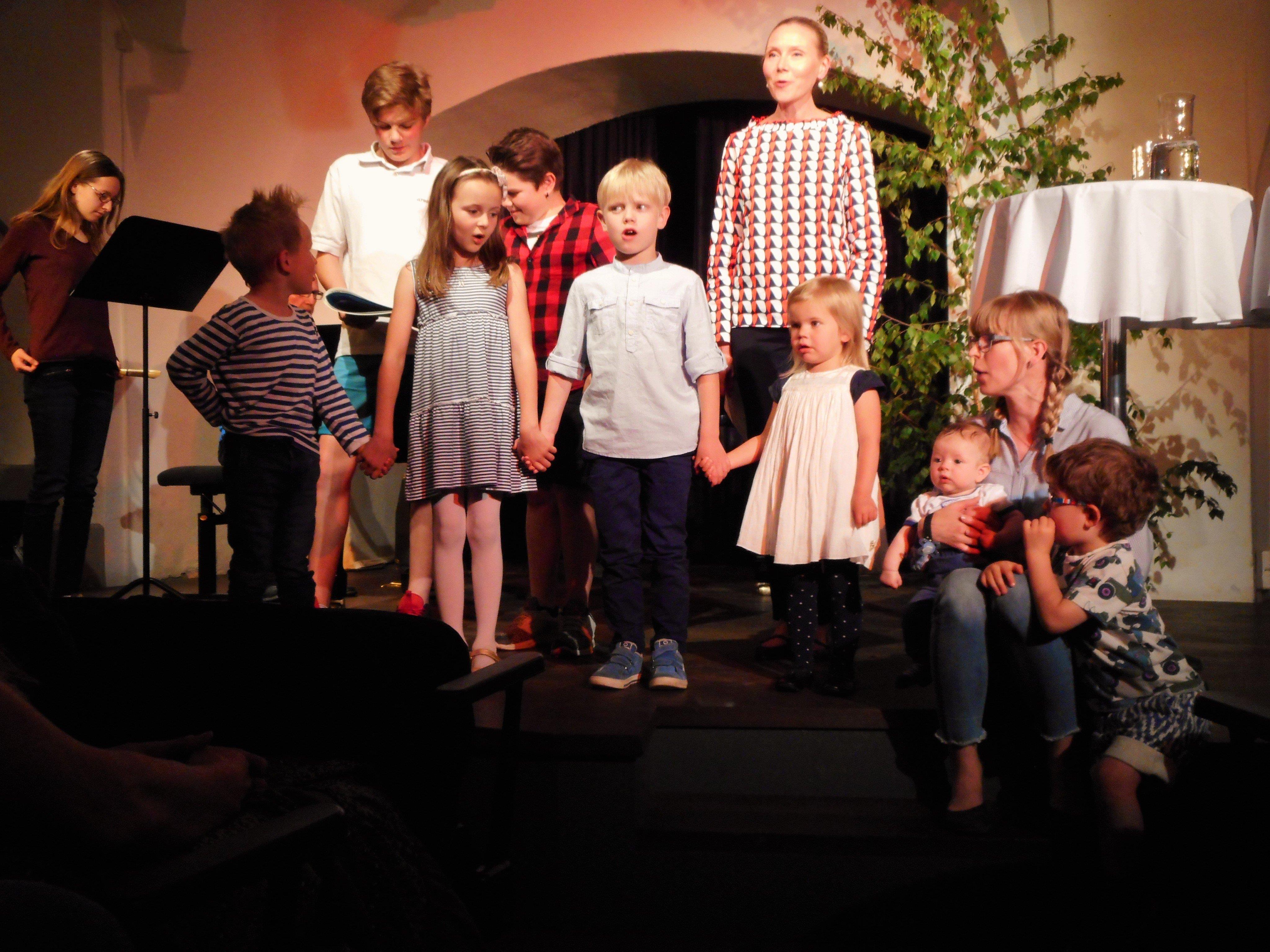 Der kleine Chor der Finnischen Schule in Dornbirn entzückte mit Liedern aus dem neuen Buch.