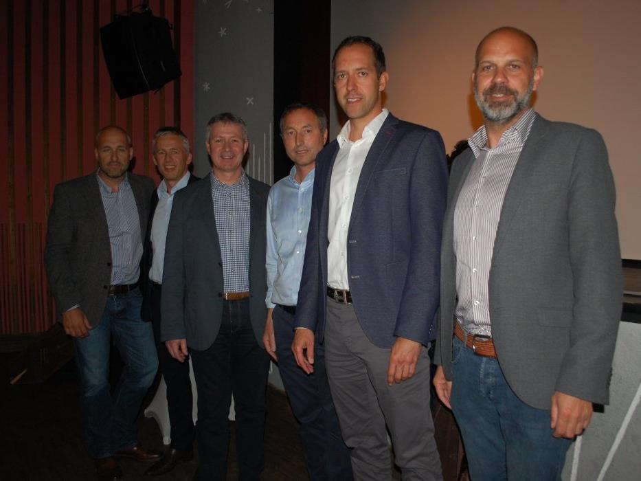 Mitarbeiter der Unternehmensgruppe der Firma Liebherr sowie Lokalpolitiker stellten sich beim Infoabend den Fragen der Bürger.