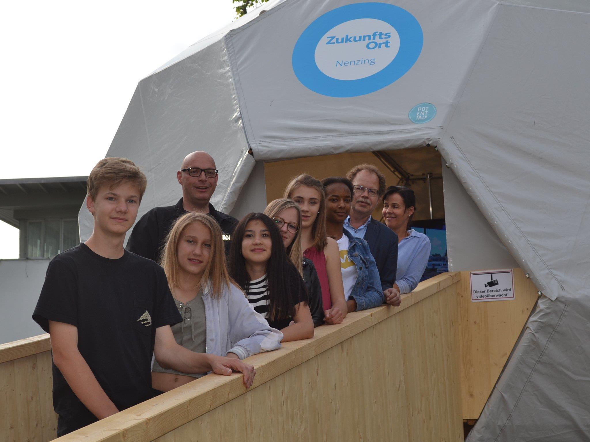 """Jugendliche gestalteten die erste Ausstellung in der Nenzinger """"Future Zone""""."""