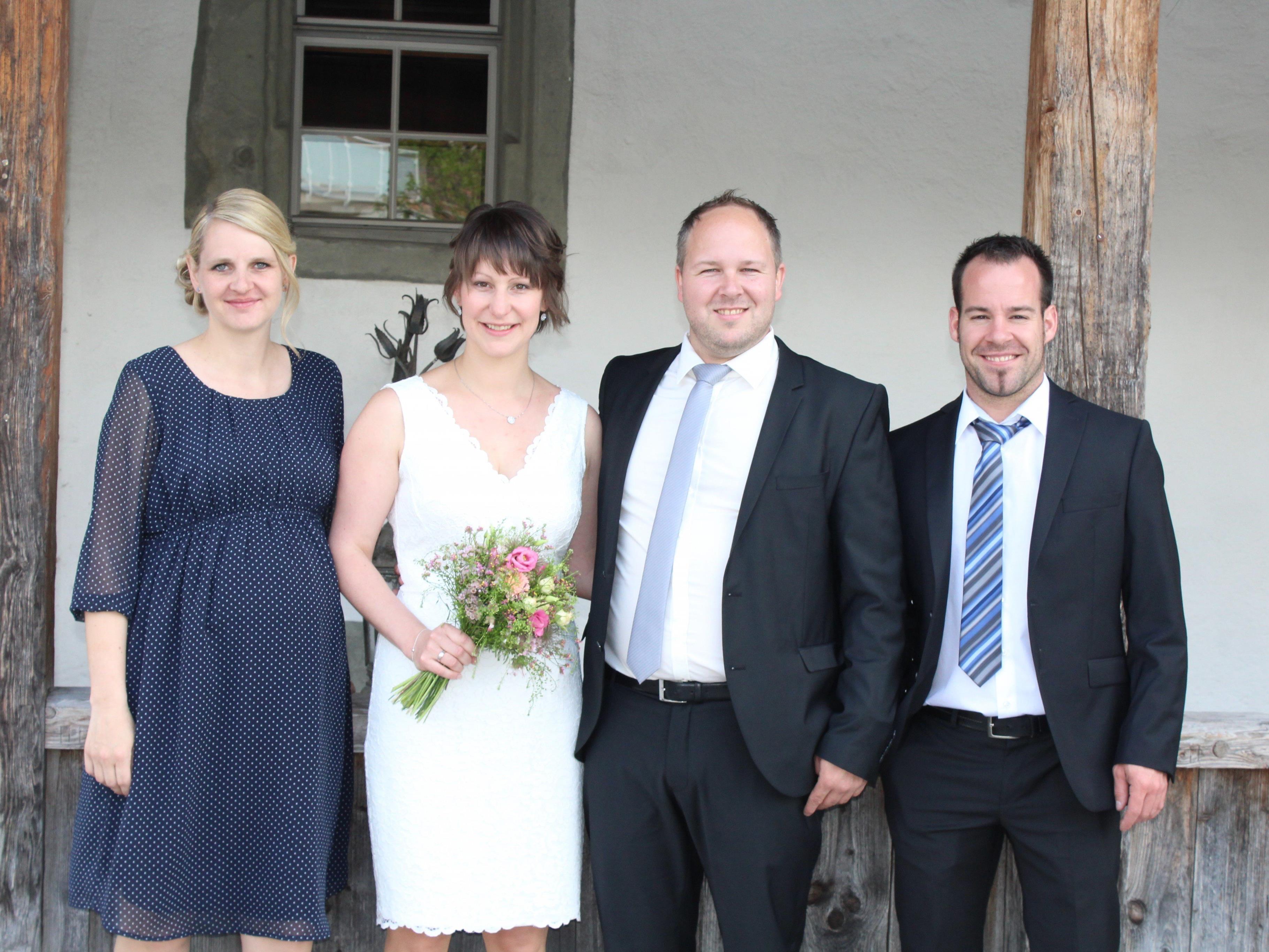 Das Brautpaar mit den Trauzeugen.