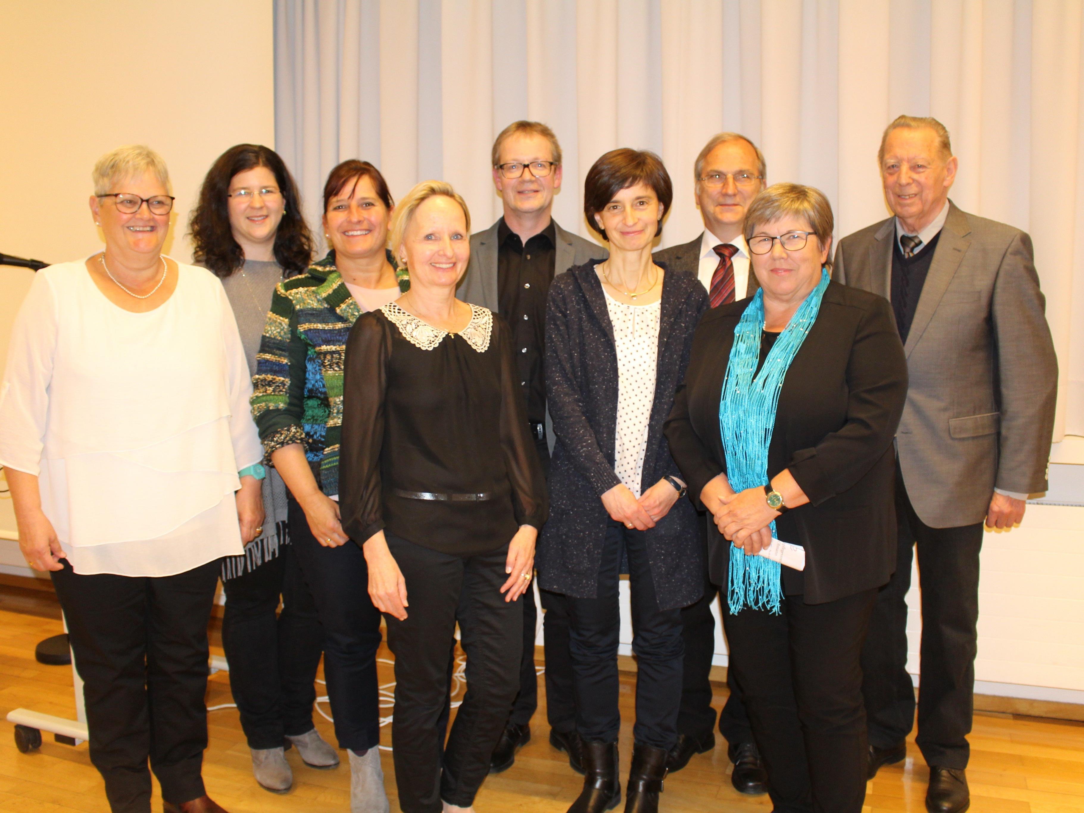 Der neue Vorstand des Krankenpflegevereins sowie Ehrenobmann Elmar Hosp und Bürgermeister Eugen Gabriel.
