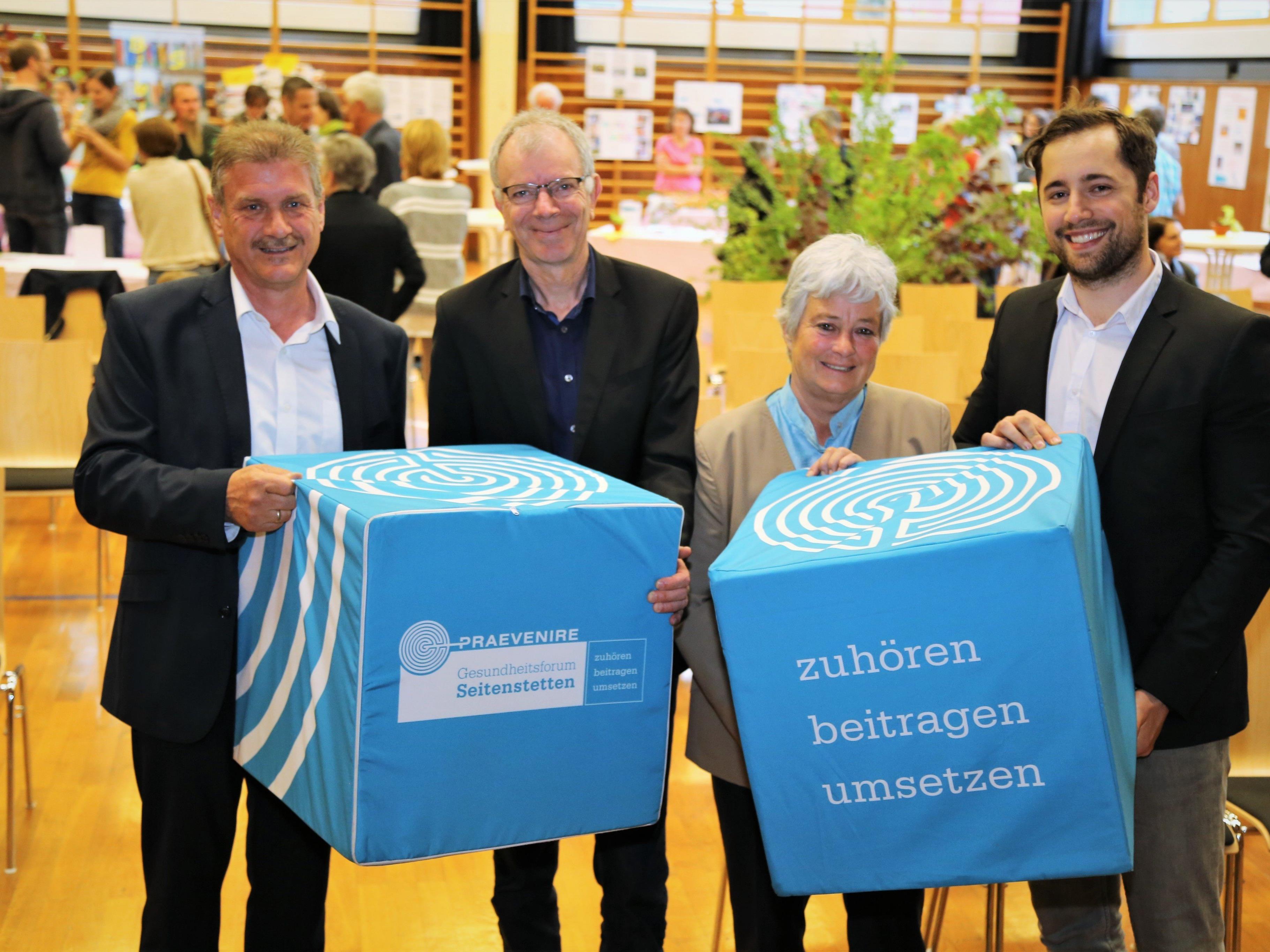 Bürgermeister Anton Metzler, Dr. Karl Lhotta, Vizebürgermeisterin Doris Amann und Projektvertreter Fabian Frühstück.