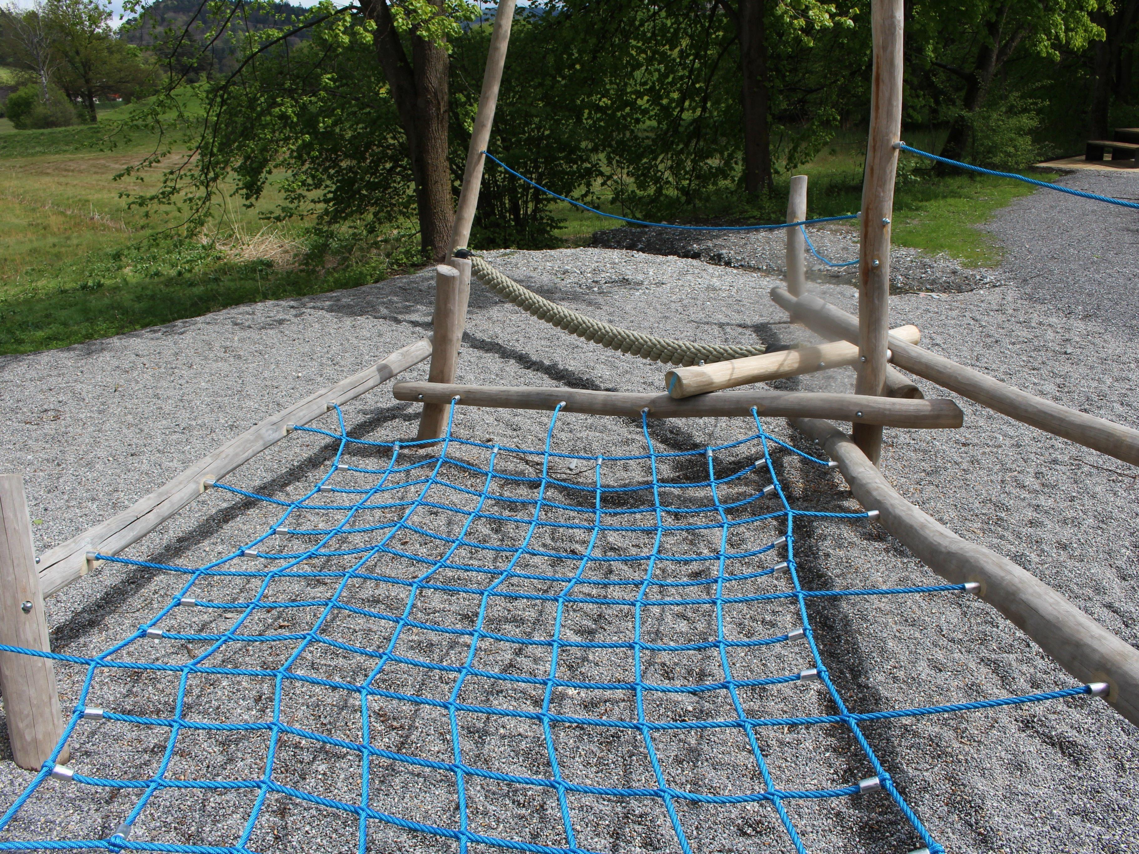 Wartet mit tollen Attraktionen auf: Neuer Spielplatz Holzbild in Fellengatter