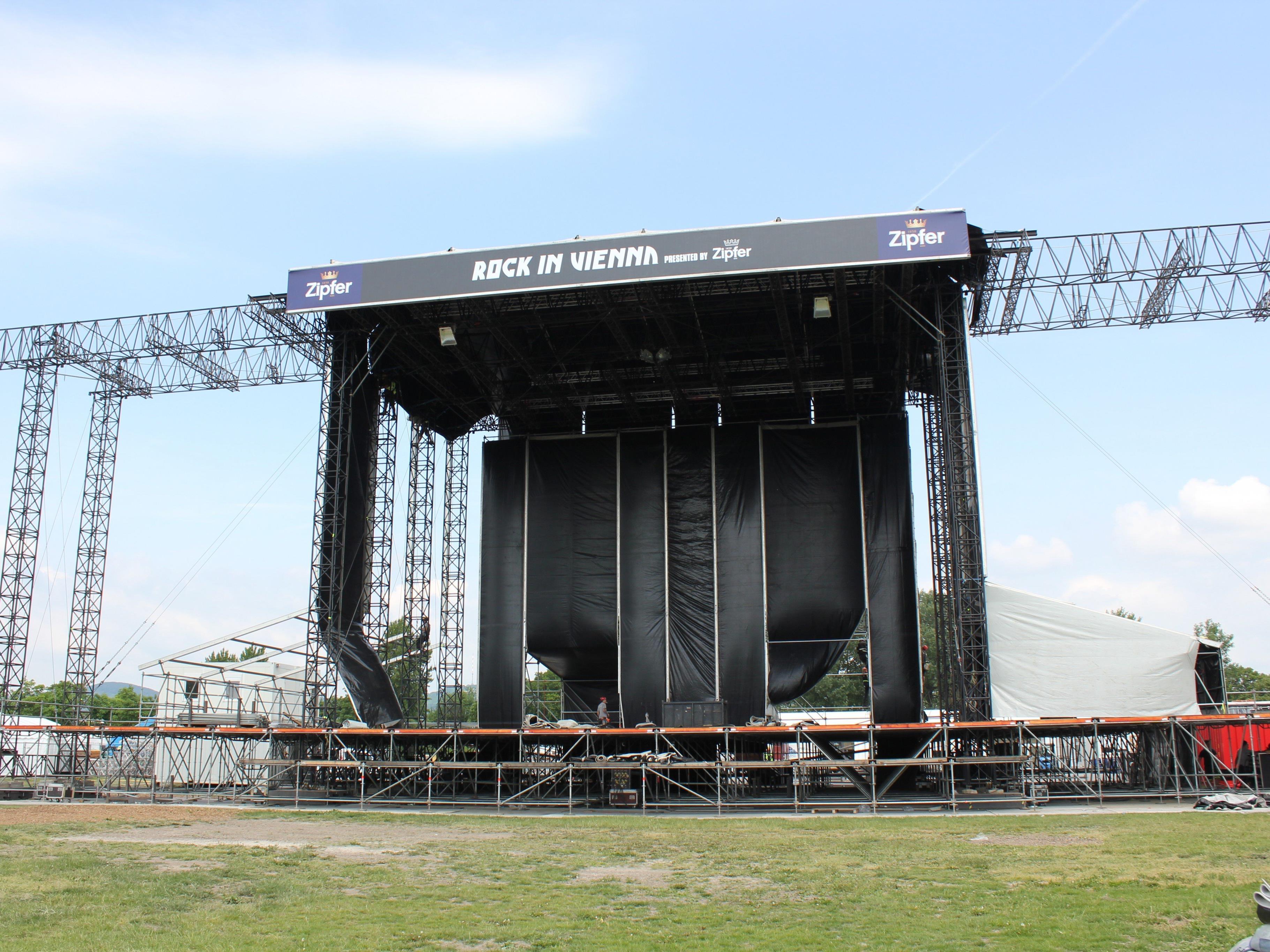 Es wird: Der Bühnenaufbau auf der Donauinsel läuft.