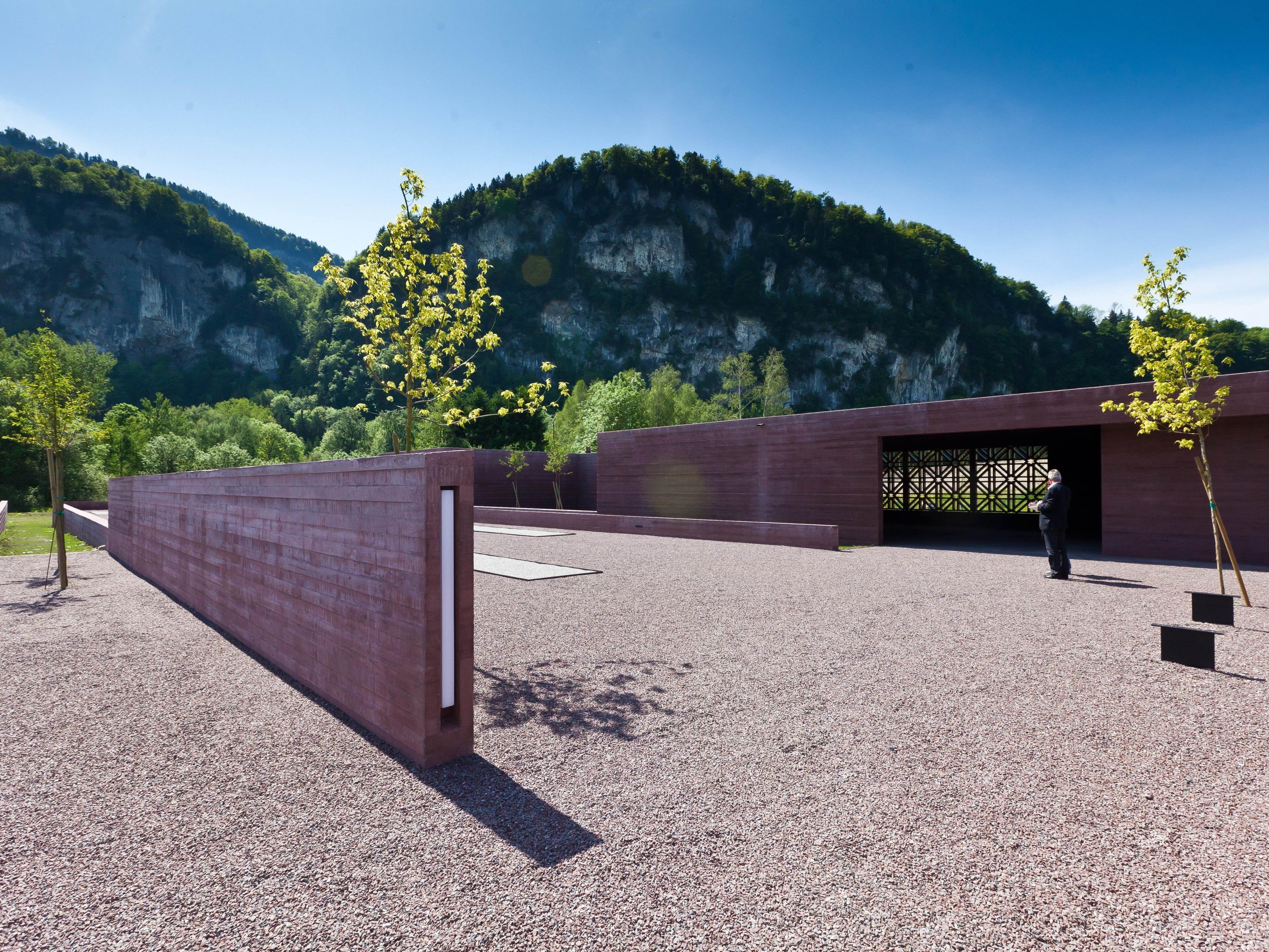Die preisgekrönte Anlage besteht aus fünf von niedrigen Mauern begrenzten Grabfeldern mit 728 Gräbern.