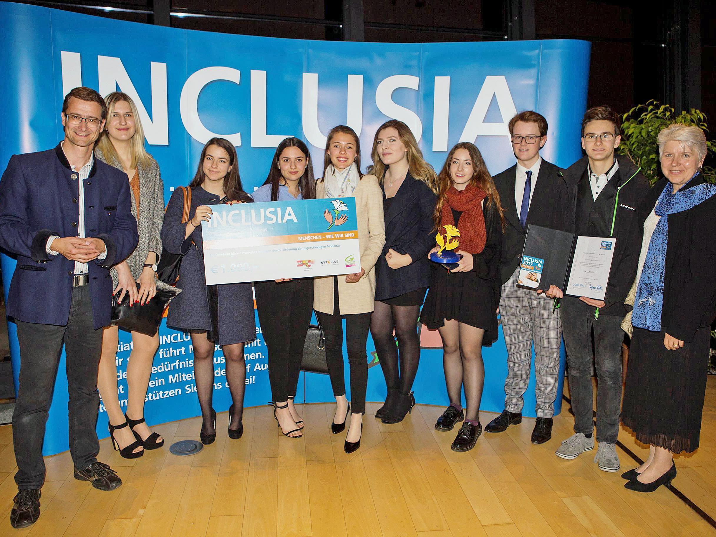 Die Schüler freuten sich mit Professorin Erika Schuster über die Auszeichnung für ihr Projekt.