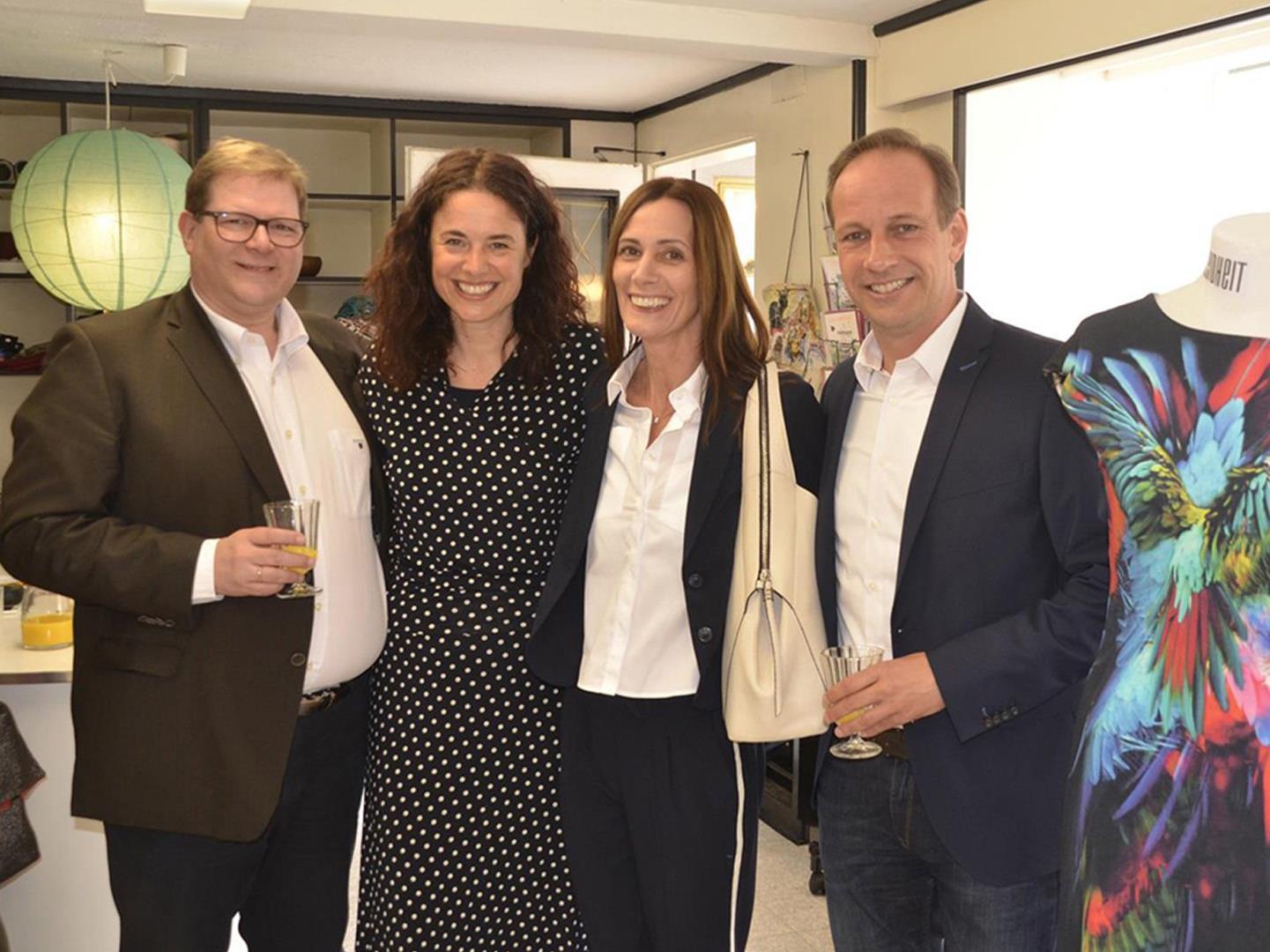 Bgm. Dieter und Gertraud Egger sowie StR. Arno Gächter (l.) gratulierten Susanne Bell (2.v.l.)
