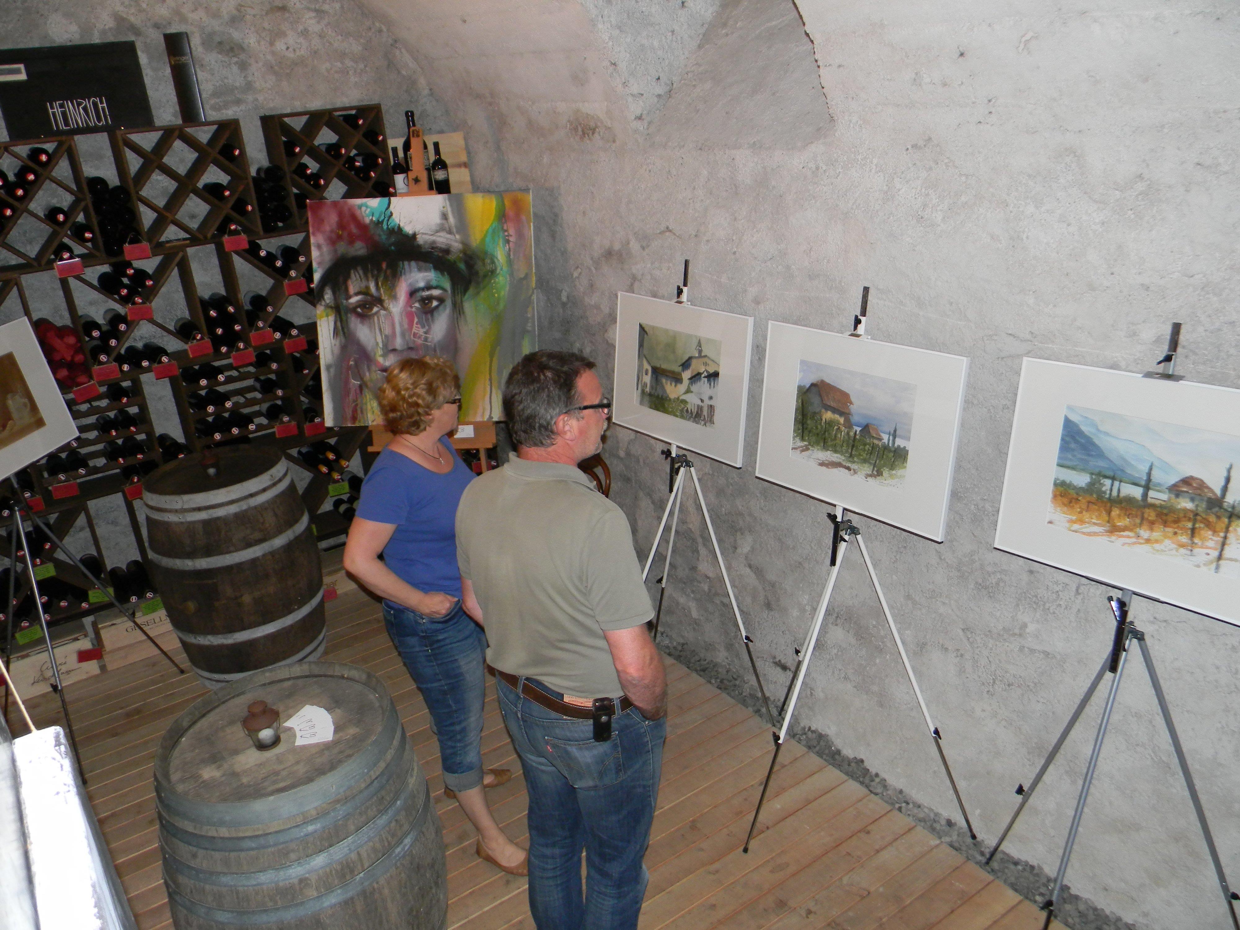 Bei einem Rundgang durch sechs Keller können zahlreiche Kunstwerke besichtigt werden
