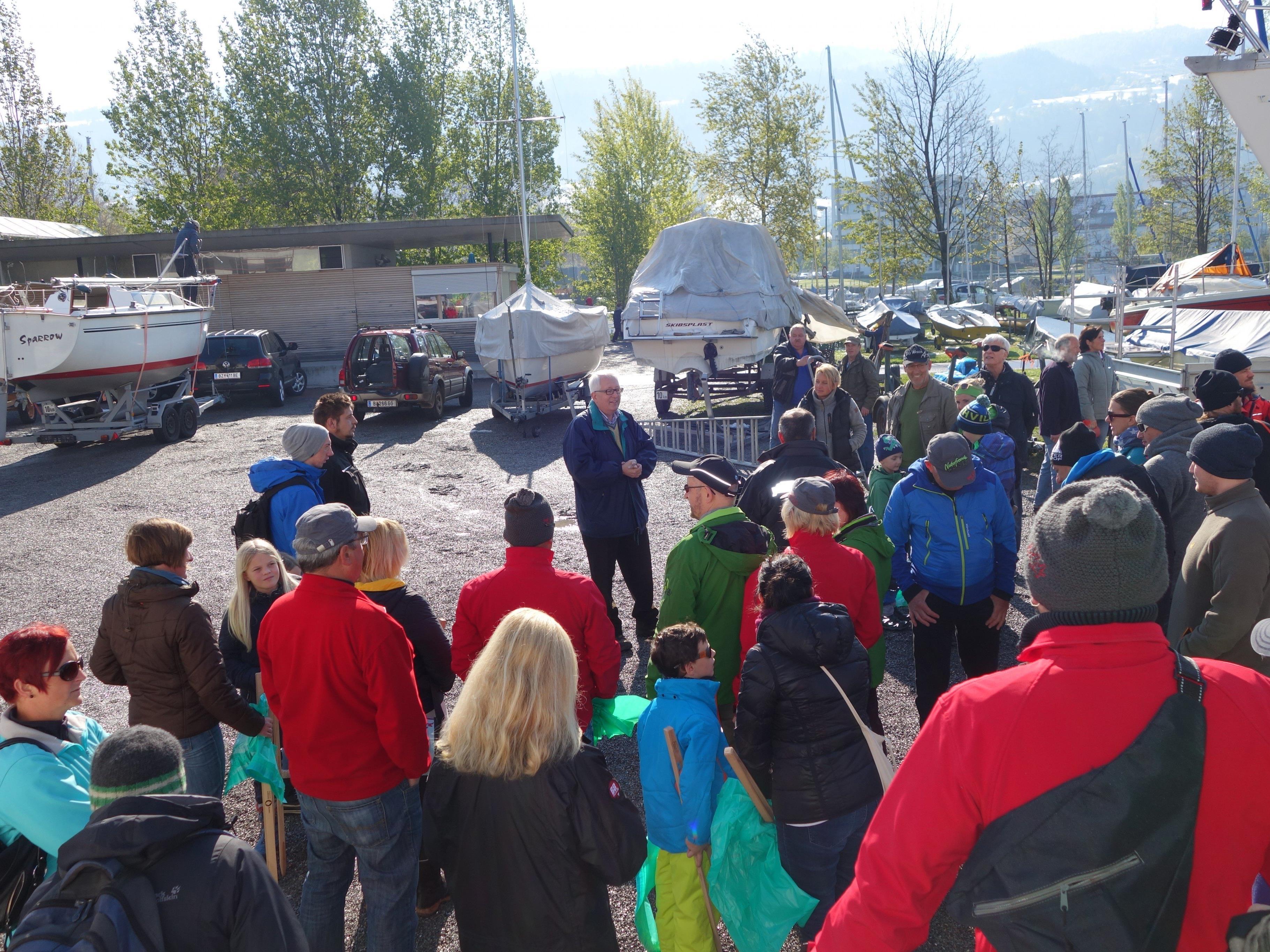 Recht groß war die Zahl der Helferinnen und Helfer, die Bürgermeister Michael Simma zur diesjährigen Landschaftsreinigungsaktion am See begrüßen konnte.