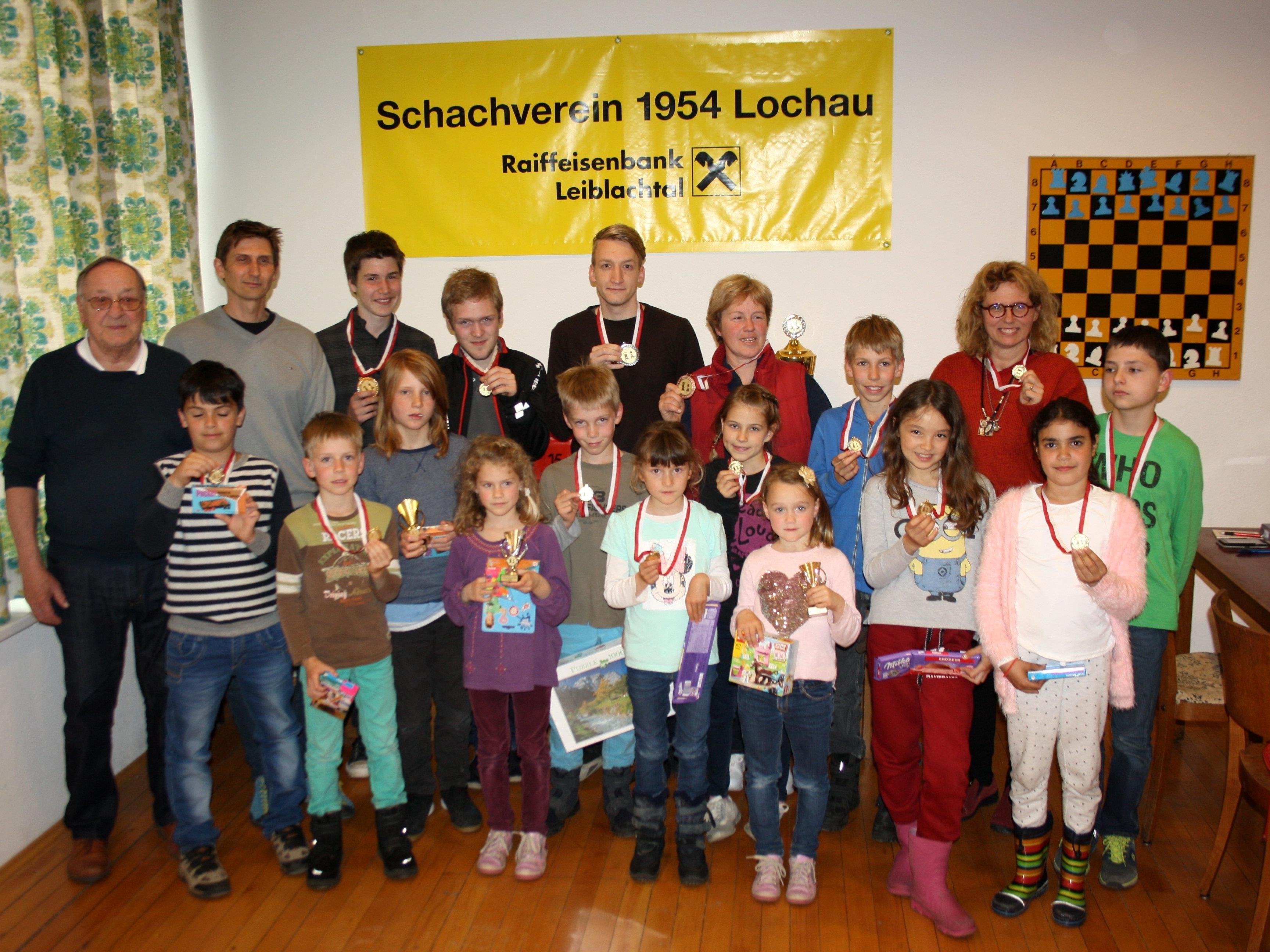 Die erfolgreichen Turnierteilnehmer – Nachwuchs und B-Mannschafts-Kader – mit Pokalen, Medaillen und Sachpreisen beim Siegerfoto mit Obmann Manfred Mayr und Nachwuchsbetreuer Hans Rigg.