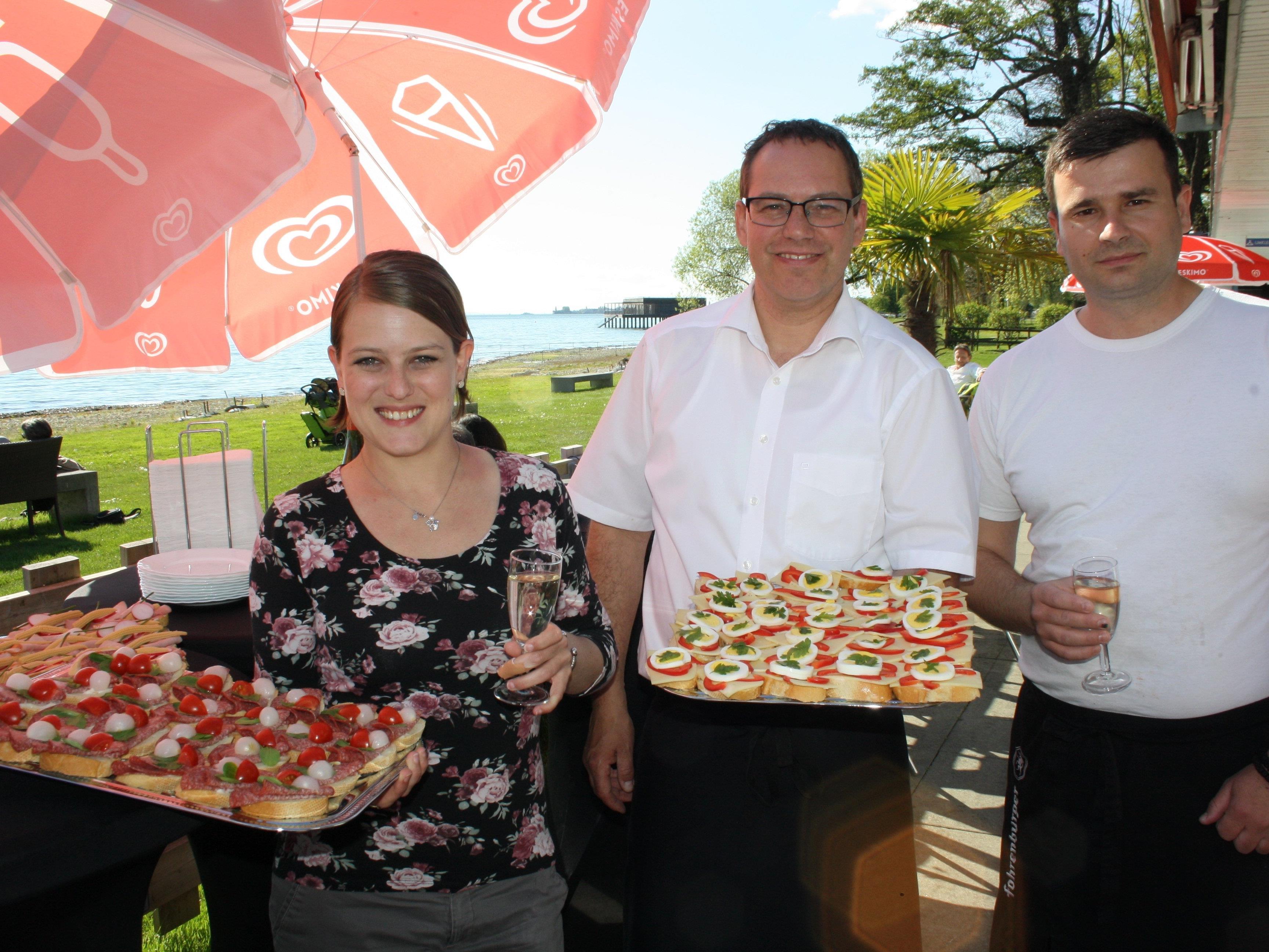 """Der neue Geschäftsführer im """"Treff am See"""" Markus Großer (Mitte) mit Edith an der Theke und Koch Goran freuen sich auf eine schöne und genussreiche Sommersaison."""