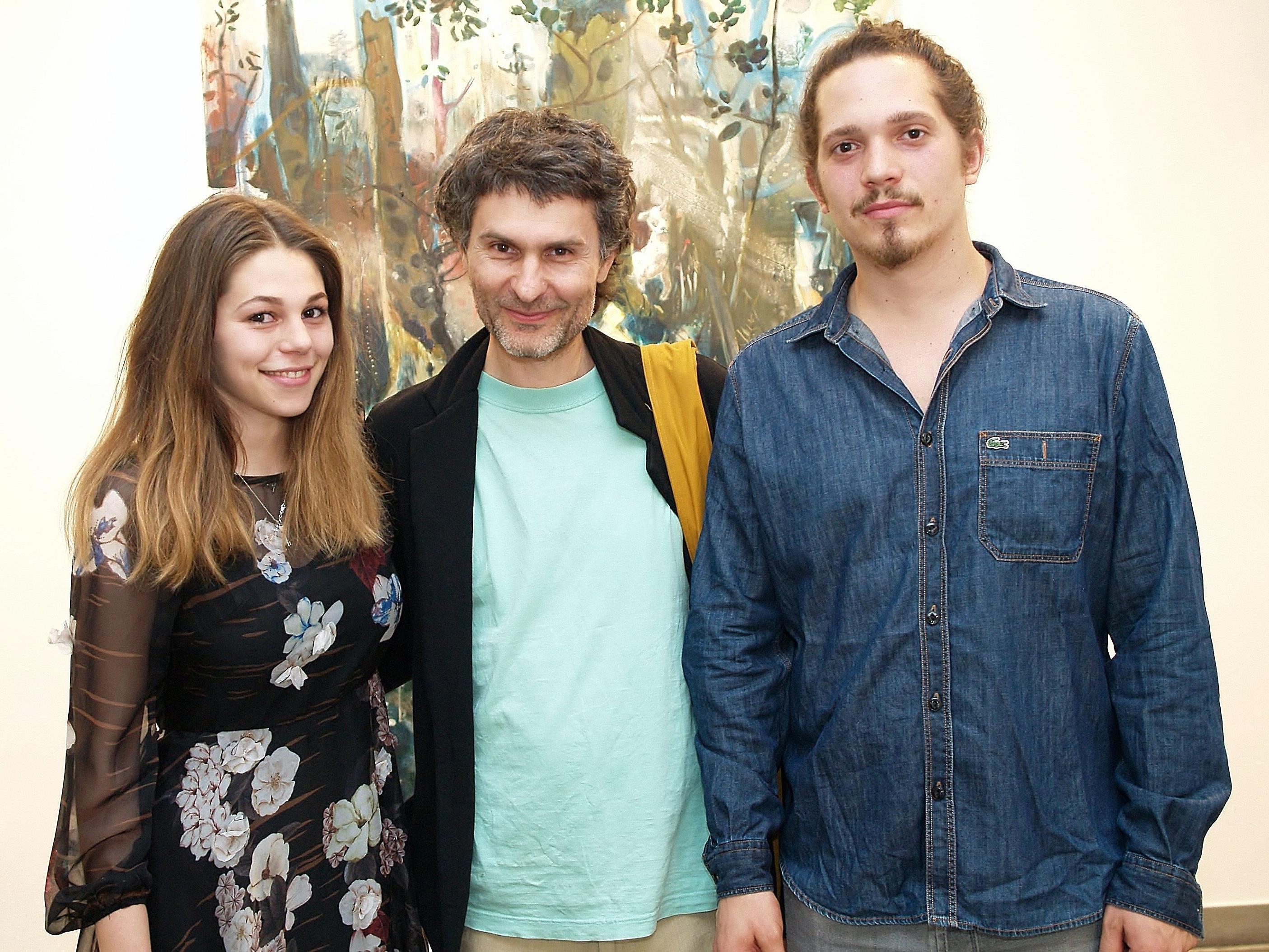 Leonie Hirn mit Künstler Mitja Ficko und Vernissageredner Calvin Mechora