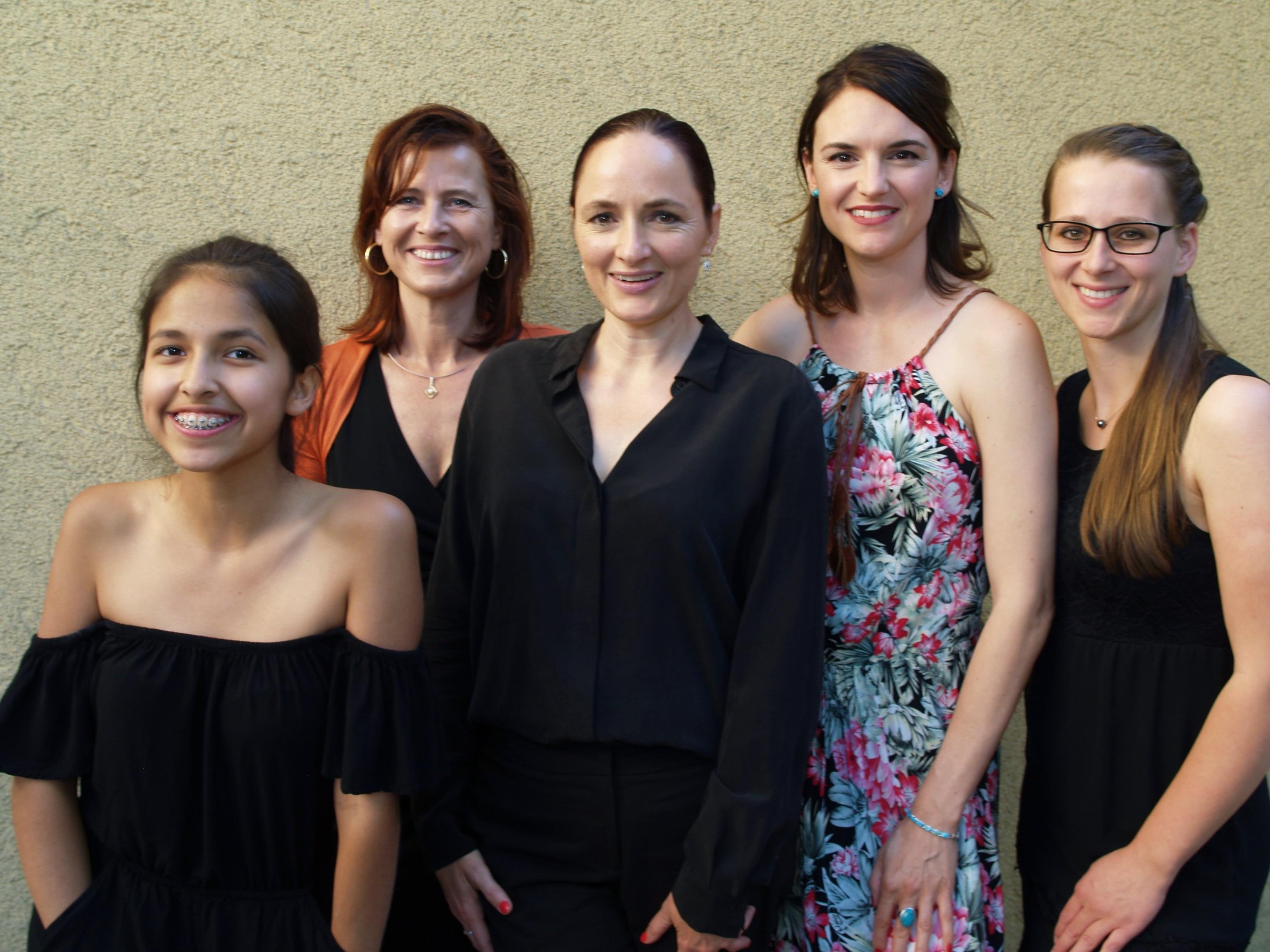 Aja Zischg (Mitte) mit einigen Gesangsschülerinnen abei der Vocalnight am Jazzseminar.