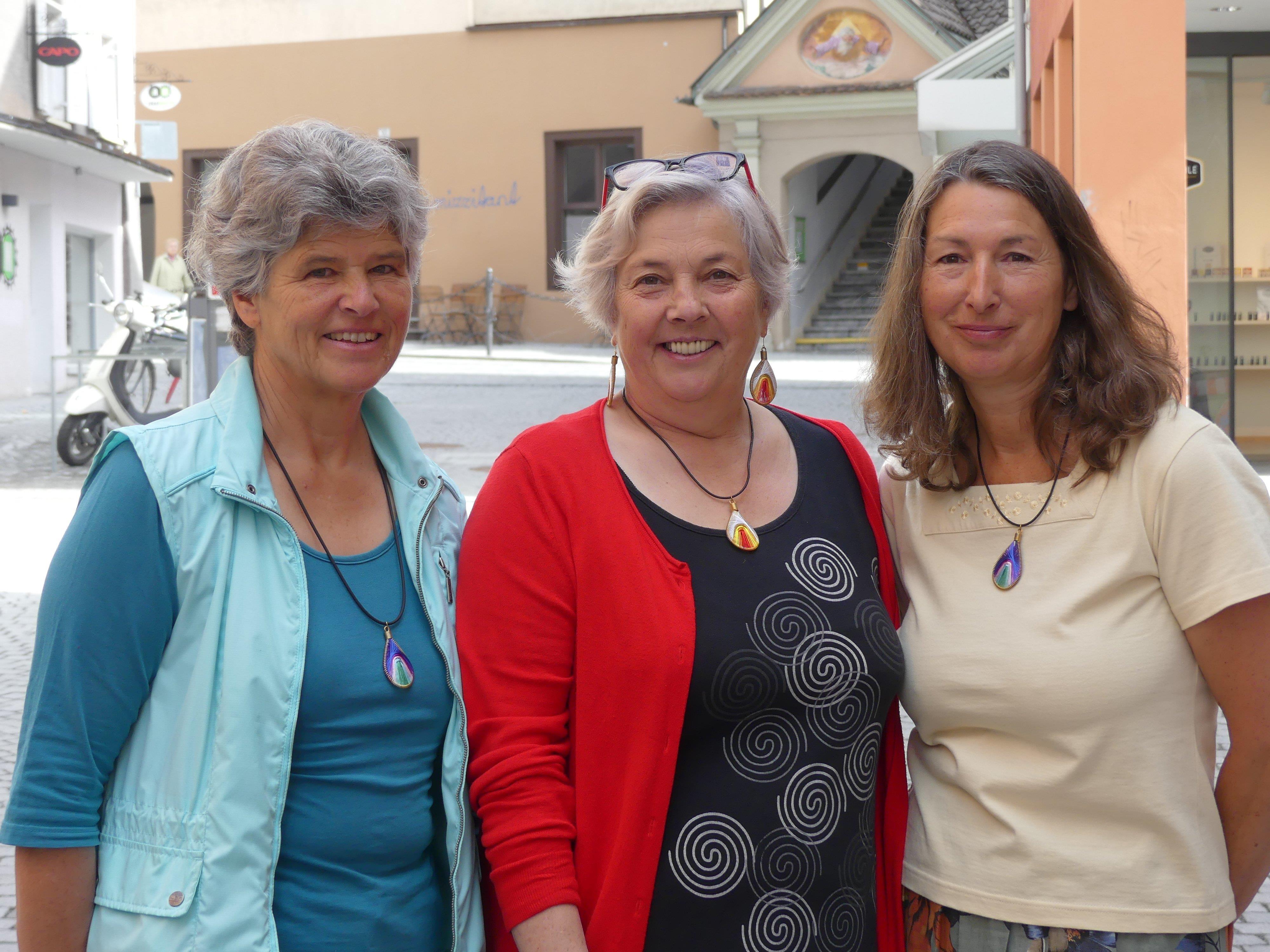 """Mitarbeiterinnen des Weltladen Bludenz mit Schmuck des Projekts """"Drop Earrings Not Bombs"""""""