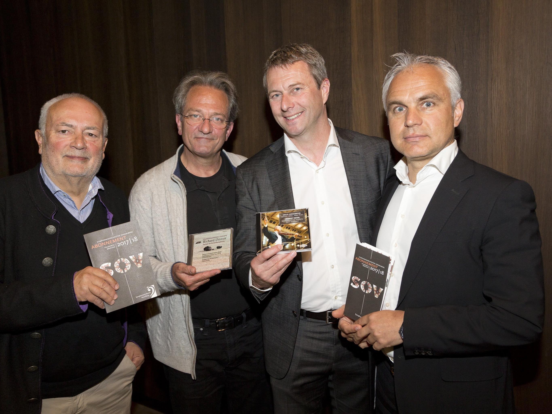 Präsident Manfred Schnetzer (recht), Geschäftsführer Thomas Heißbauer (zweiter von rechts) und Chefdirigent Gérard Korsten (zweiter von links) stellten im vorarlberg museum das Programm 2017/18 vor. Vizepräsident Wolfgang Burtscher (links) führte durch das Pressefrühstück.