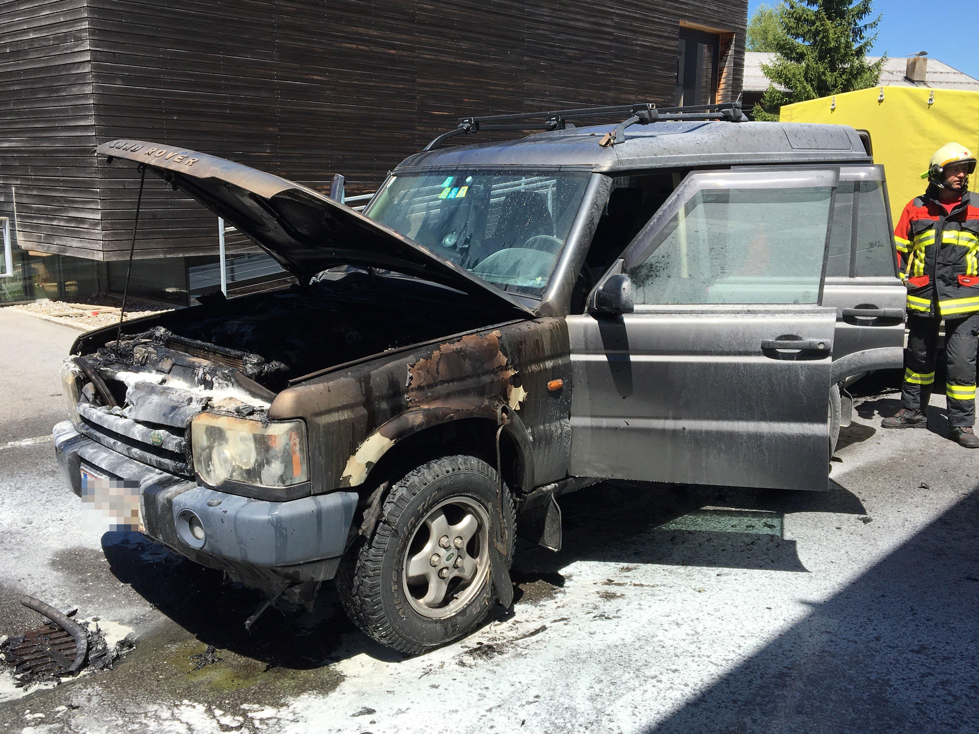 Der Motorraum des Pkw brannte komplett aus.
