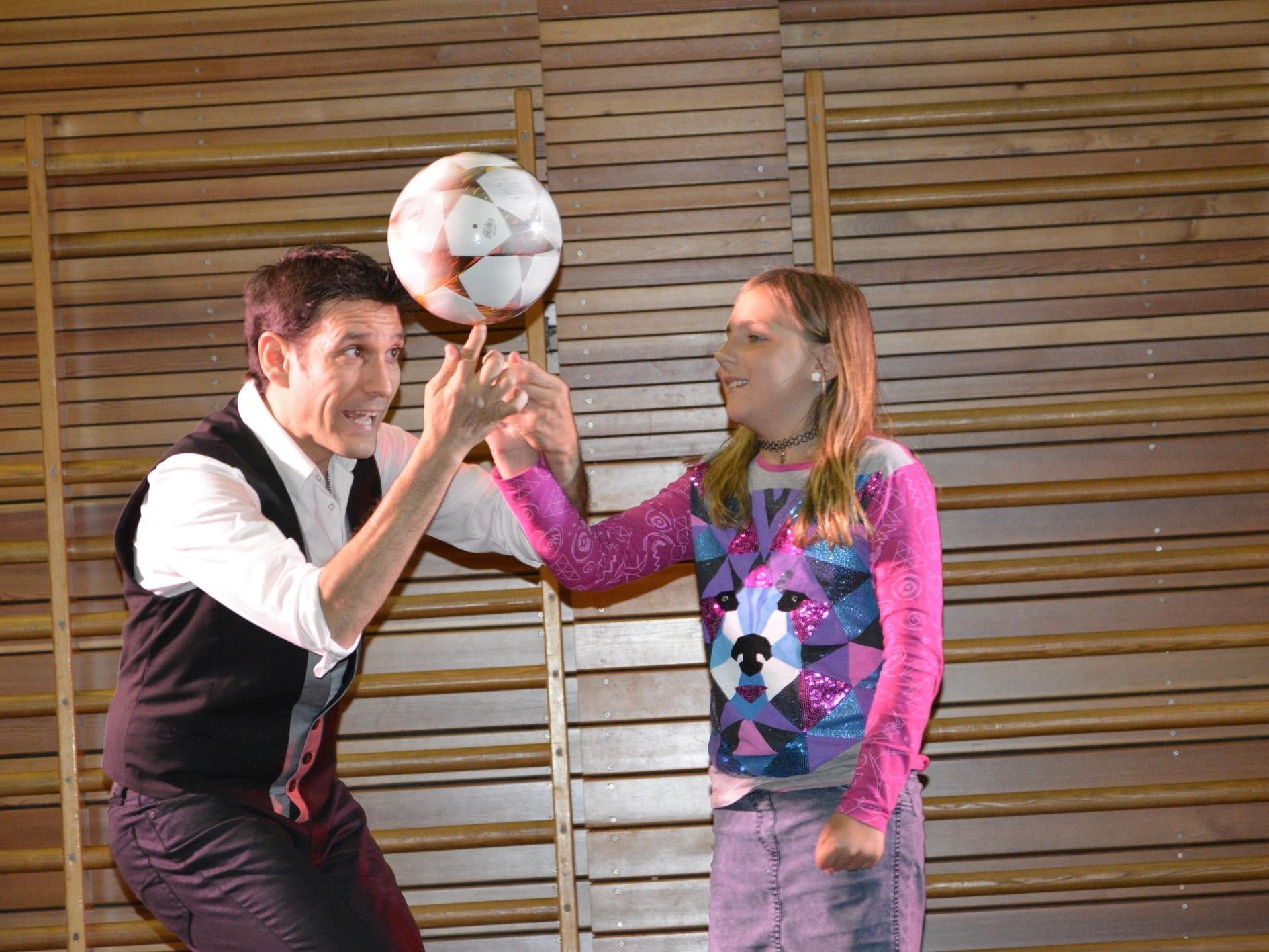 Beim Auftritt in der VS Rheindorf ließ Paul Ponce auch die Kinder teilhaben.