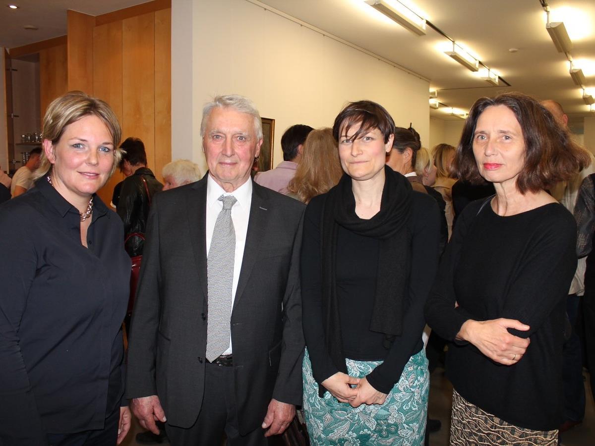 Rafaela Berger und Alwin Rohner mit den Künstlerinnen Christine Lederer und Gerti Hopp.