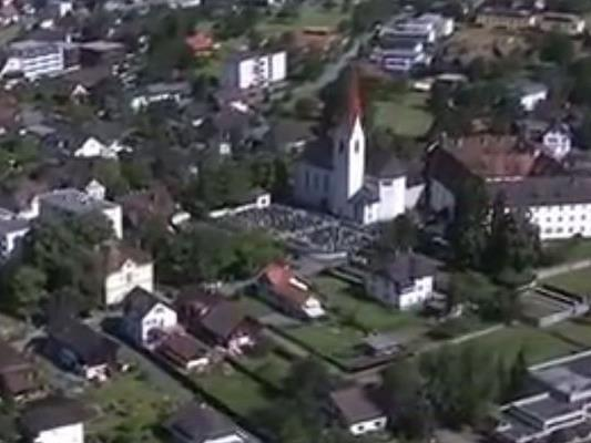 Im Zuge der Kirchturmsanierung der Pfarre Feldkirch-Altenstadt wurden Einschusslöcher in der Kirchturmuhr entdeckt.