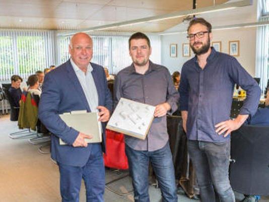 Bürgermeister Burkhard Wachter und das Architektenteam Sven Matt und Bernardo Bader präsentierten der Gemeindevertretung die Pläne für die neue Rätikonhalle.