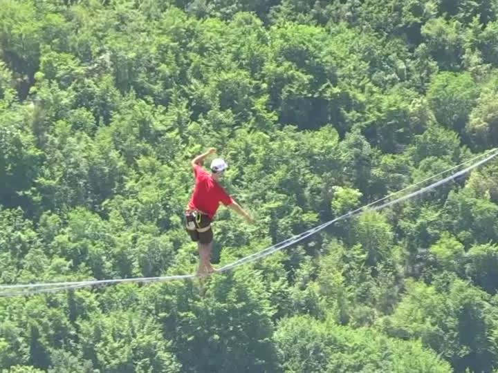 """1600 Meter weit auseinander lagen die Befestigungspunkte beim diesjährigen """"French Riviera Highline Meeting""""."""