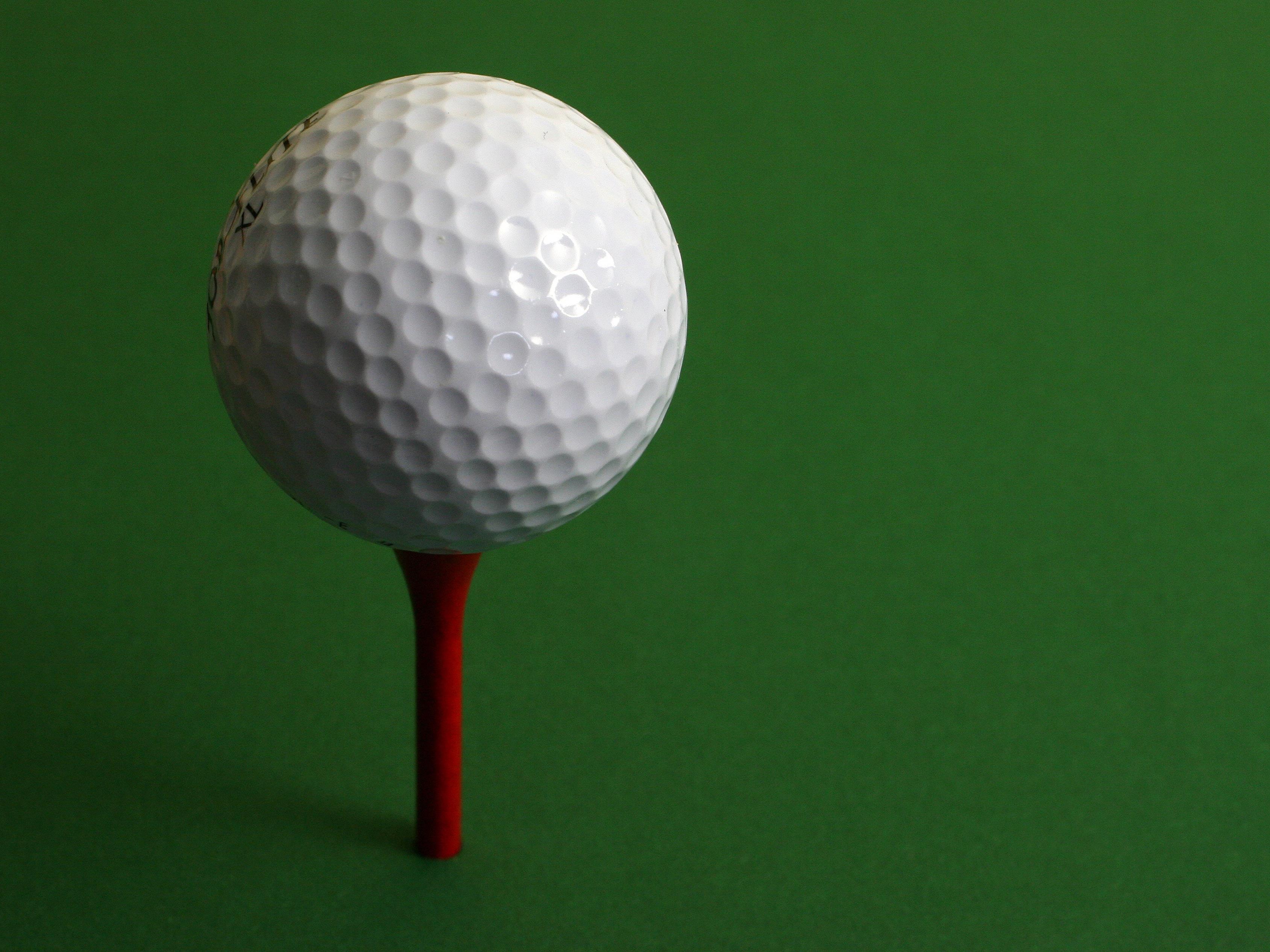 So kennen wir ihn - von innen sieht ein Golfball eher unheimlich aus.