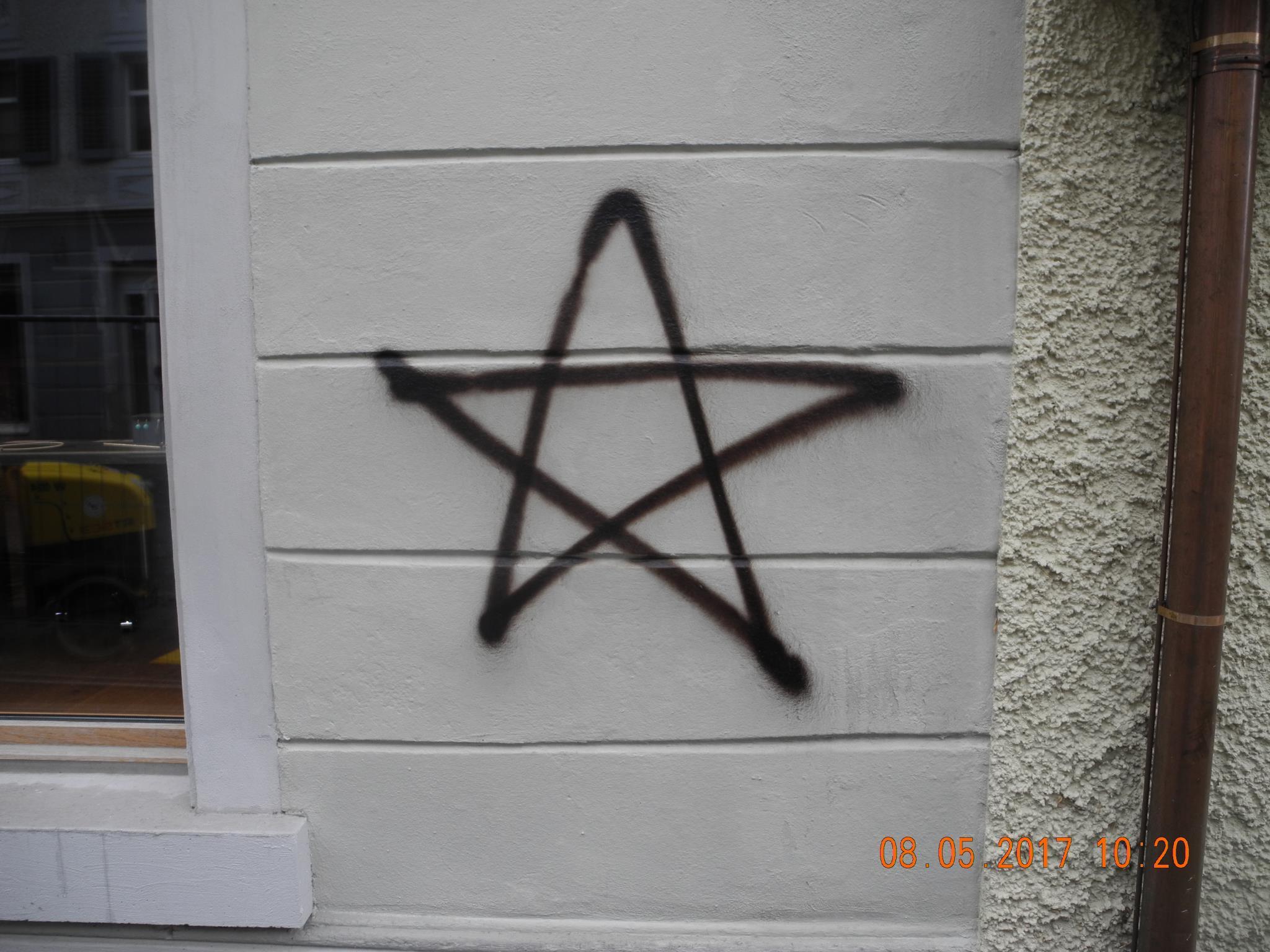 Auf eine Hausfassade in Hohenems wurde dieser Stern gesprüht.