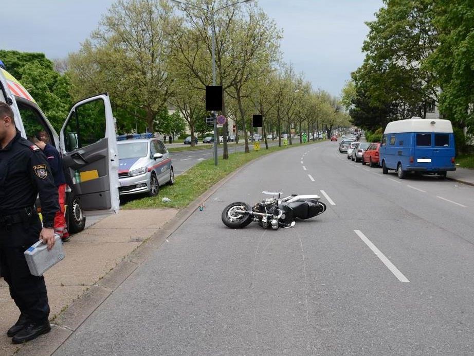 Die Frau wurde vom dem Motorrad erfasst.