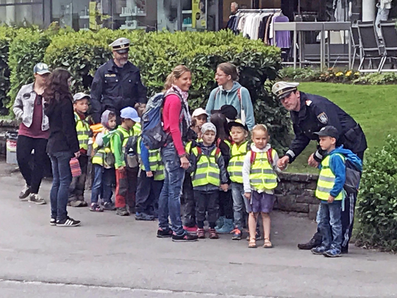Der neue Stadtpolizist Markus Mattle (4. v. l.) war zum ersten Mal dabei und hatte sichtlich Spaß an der Übung mit den Kindern.