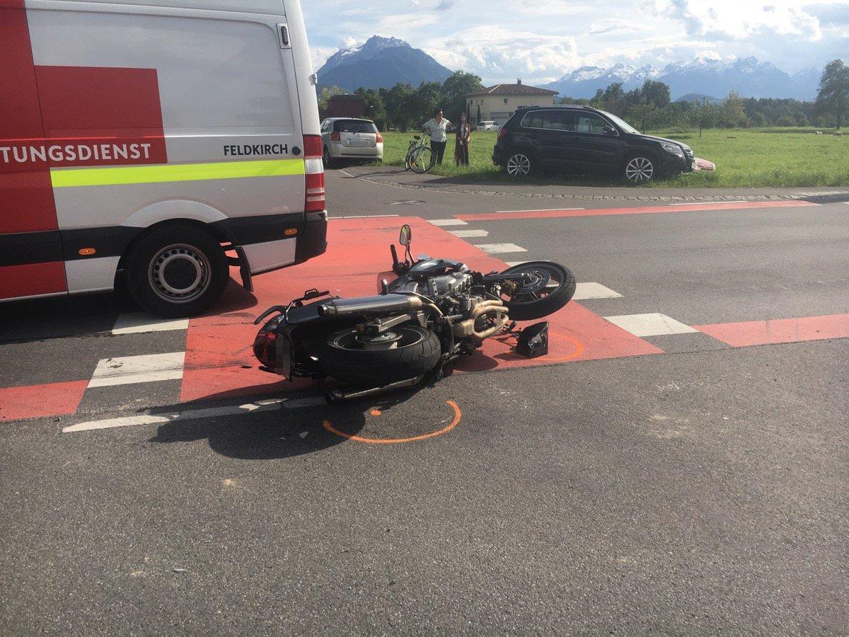 Eine Pkw-Fahrerin übersah in Röthis eine Ehepaar auf einem Motorrad.