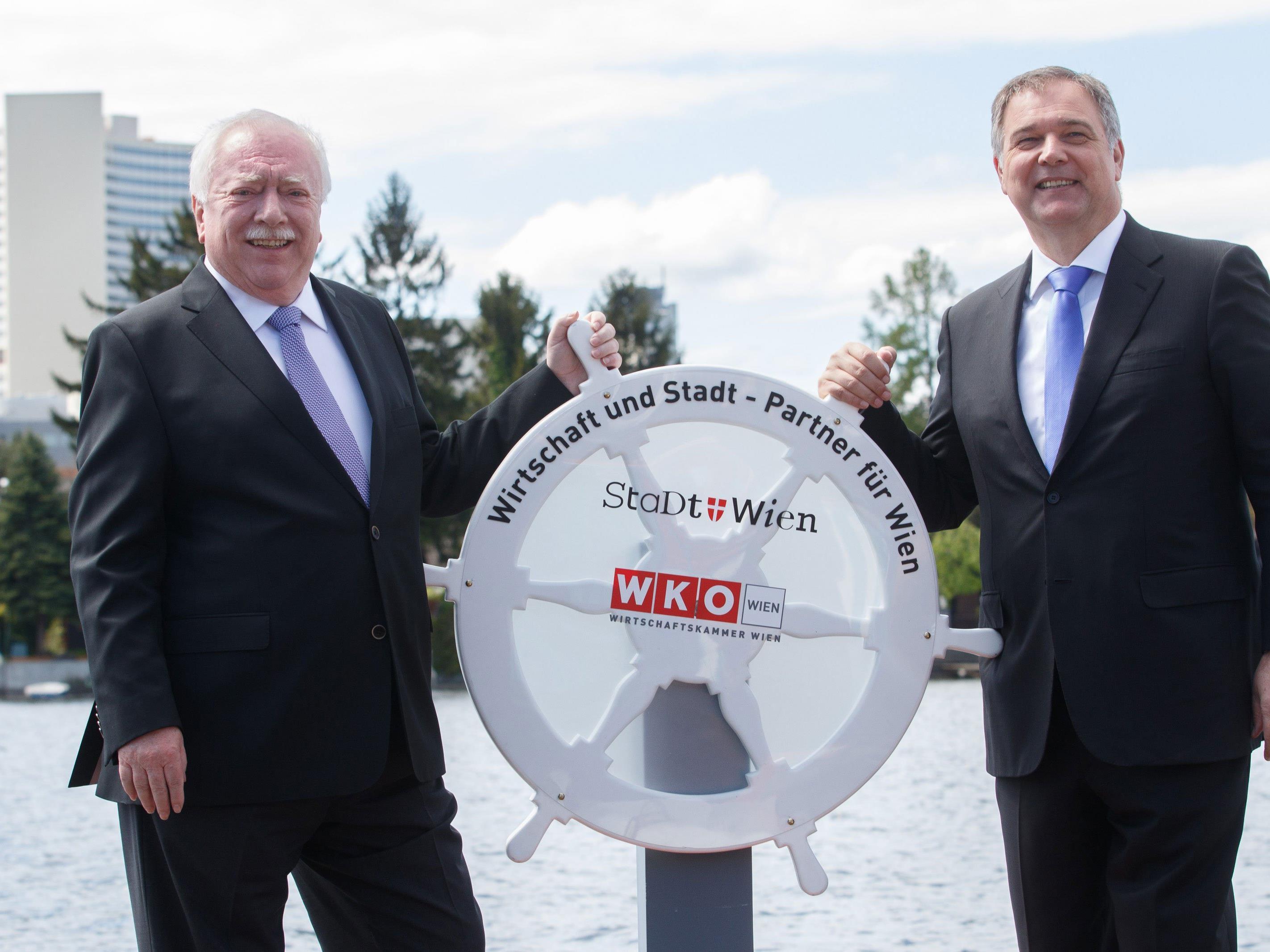 Wirtschaftskammer Wien - Präsident Walter Ruck (r.) und Bürgermeister Michael Häupl eröffnen die Saison an der Alten Donau