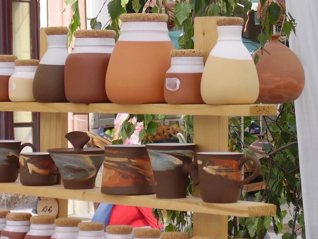 Auch Gebrauchskeramik kann man am Spittelbergmarkt erwerben.