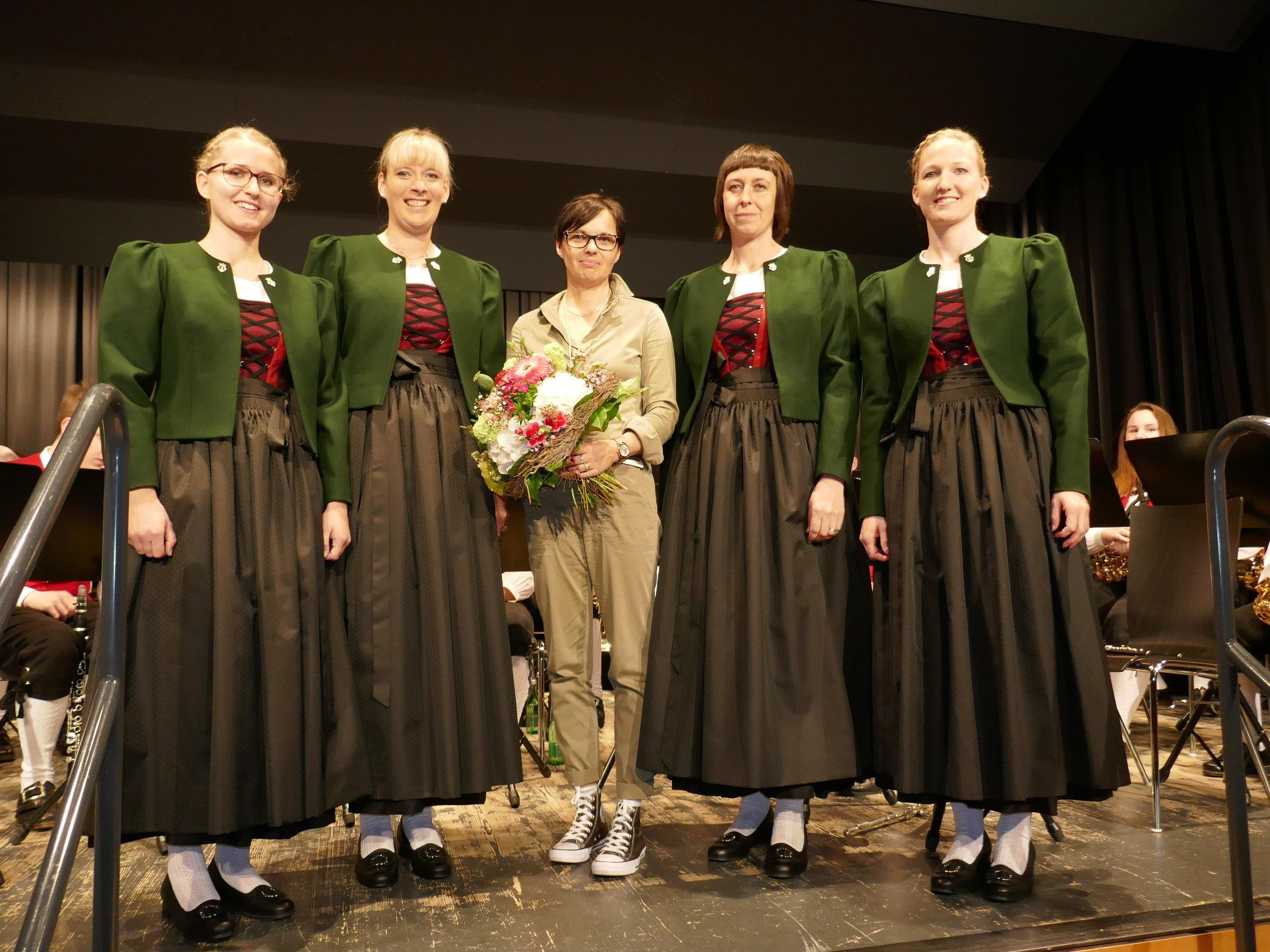 Präsentation der neuen Damentracht von Heike Devigili (Mitte)