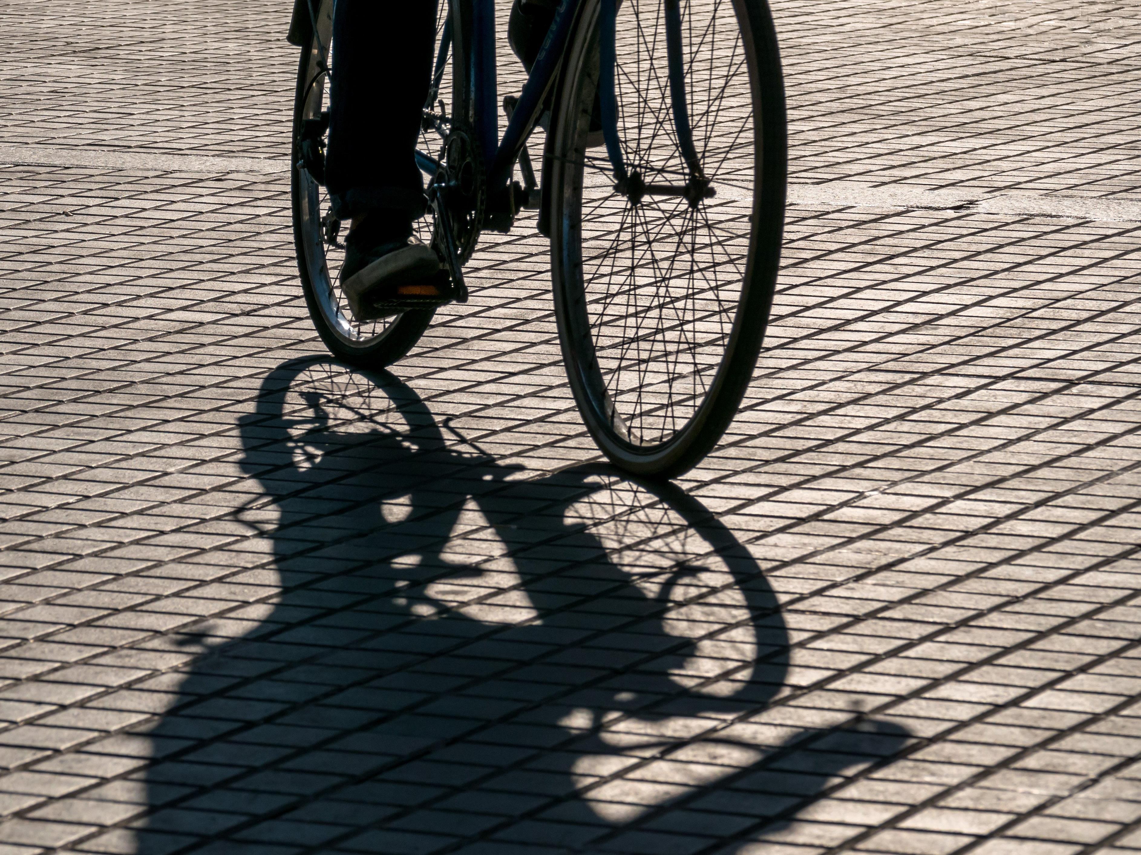 Unfall beim Ausparken: Pkw-Lenkerin touchierte Radfahrer.