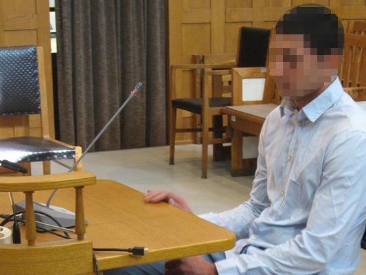 Der 23-jährige Angeklagte soll versucht haben, einen 27-jährigen Bekannten mit sieben Messerstichen zu töten.