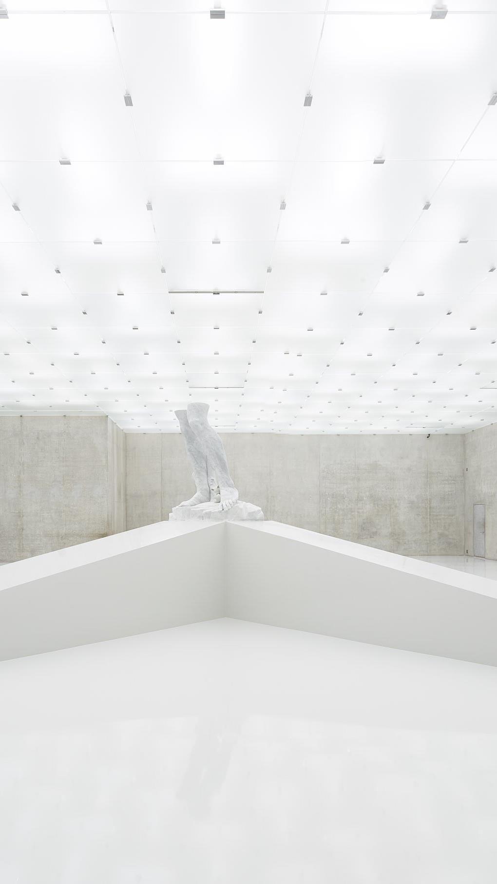 """Ausstellungsansicht der Ausstellung """"The Theater of Disappearance"""" von Adrian Villar Rojas im Kunsthaus Bregenz."""