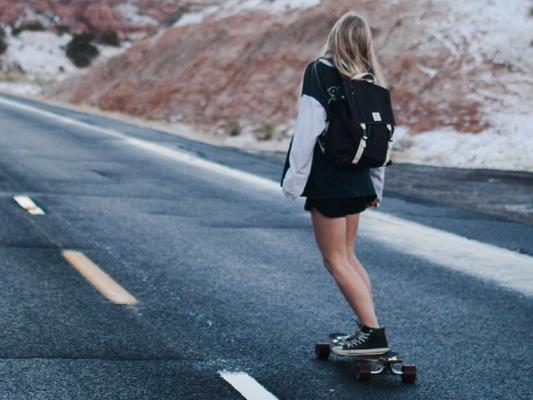 Unbekannte haben zwei Jugendlichen in Schwarzach ihre Longboards gestohlen.