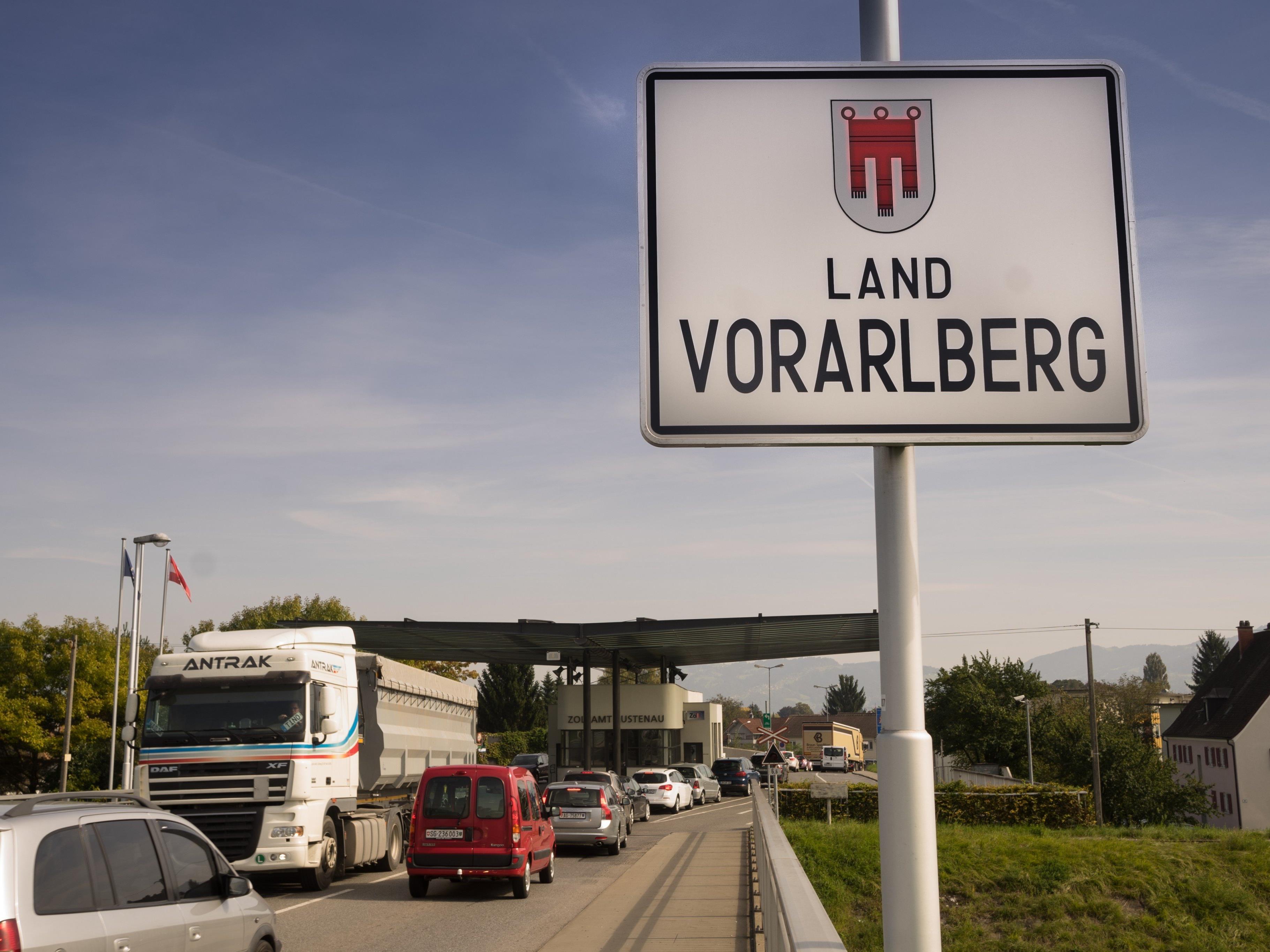 Einer 30-jährigen Frau wird vorgeworfen, große Mengen Kokain und Heroin nach Vorarlberg geschmuggelt zu haben.