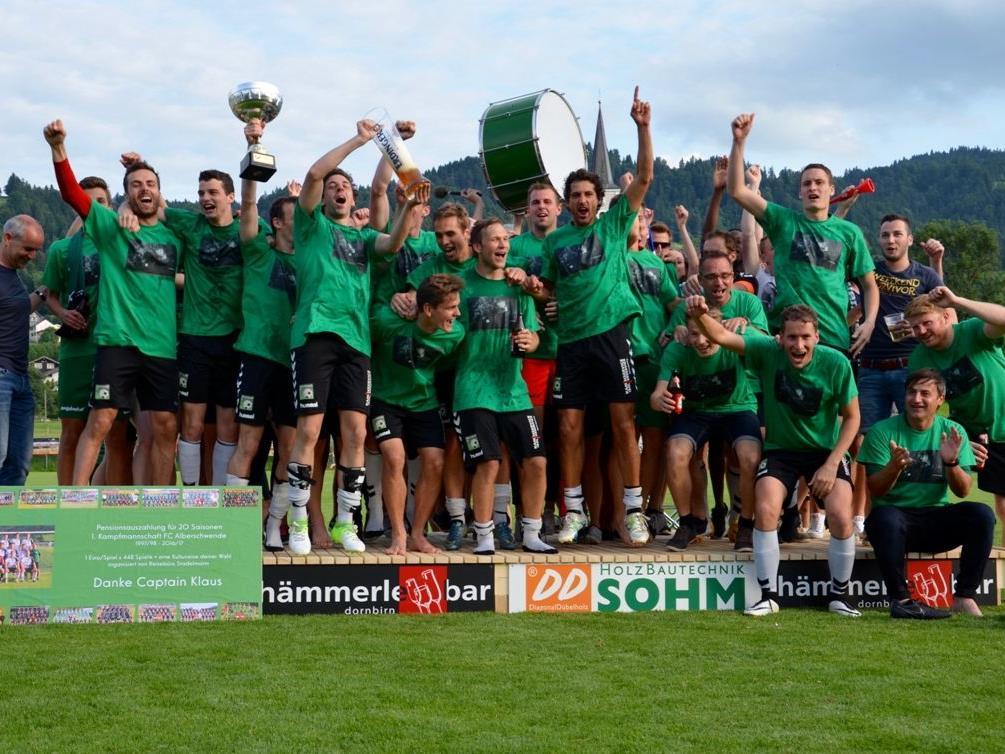 Die Kicker aus Alberschwende bejubelten den Vizemeistertitel und den damit verbundenen Aufstieg.