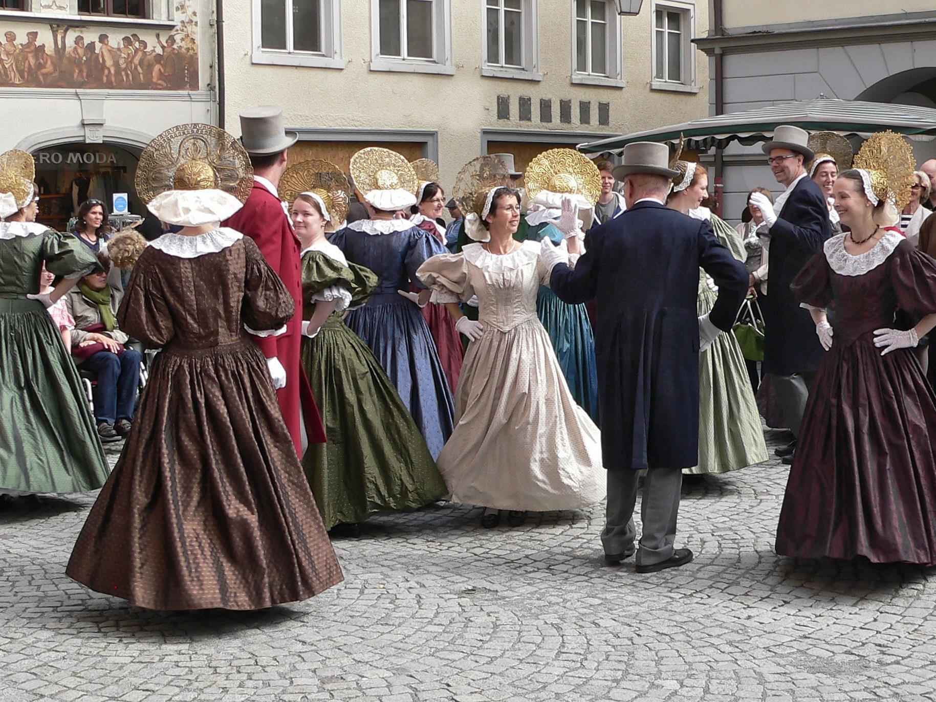 Tänzerinnen und Tänzer in der Feldkircher Patriziertracht