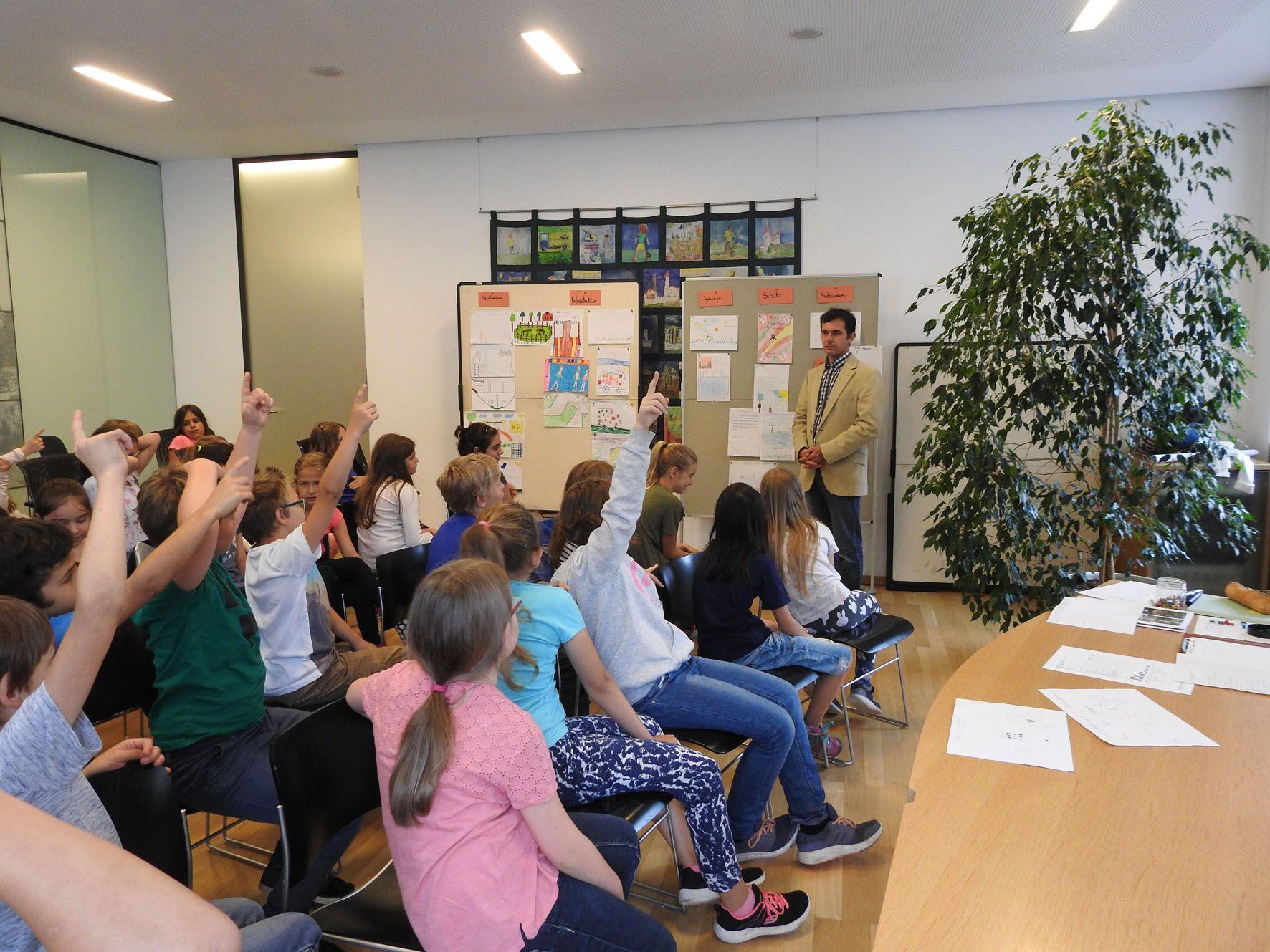 Kinder der Volksschule Markt waren zu Gast im Rathaus Rankweil