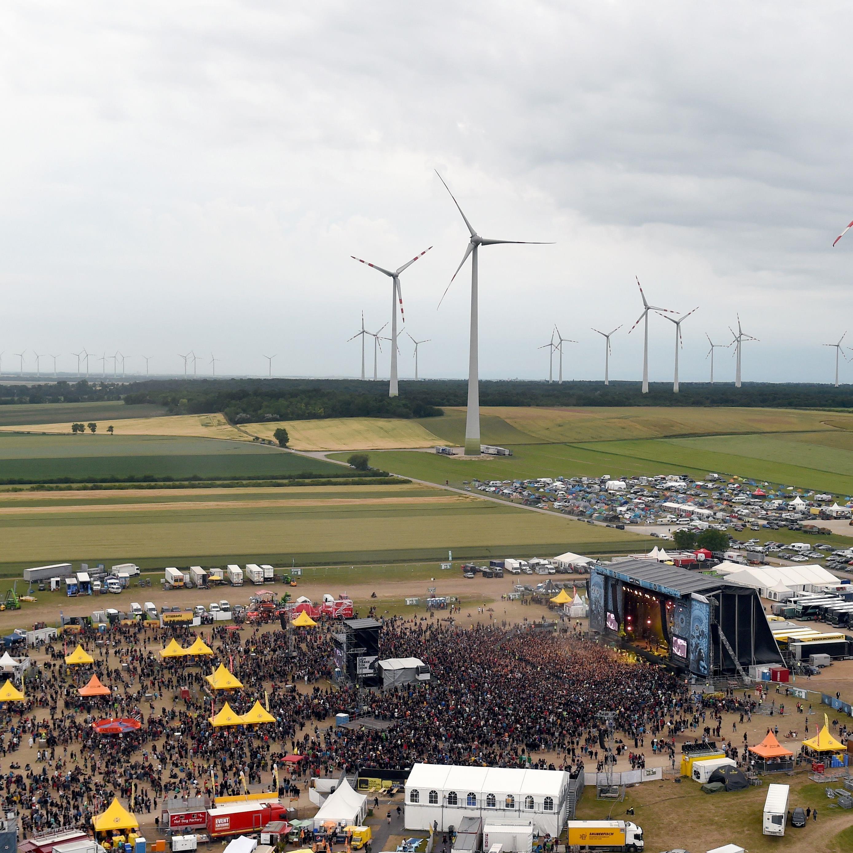 """Viele Festivalbesucher reisen mit dem Auto zum """"Nova Rock""""."""