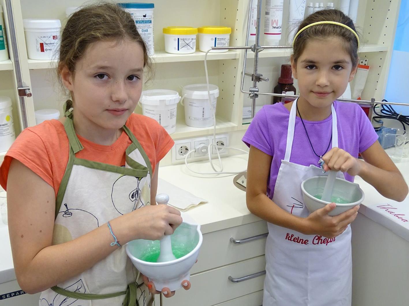 In der Apotheke Kaulfus werden auch beim heurigen Aktivsommer Salben und Cremen gerührt.