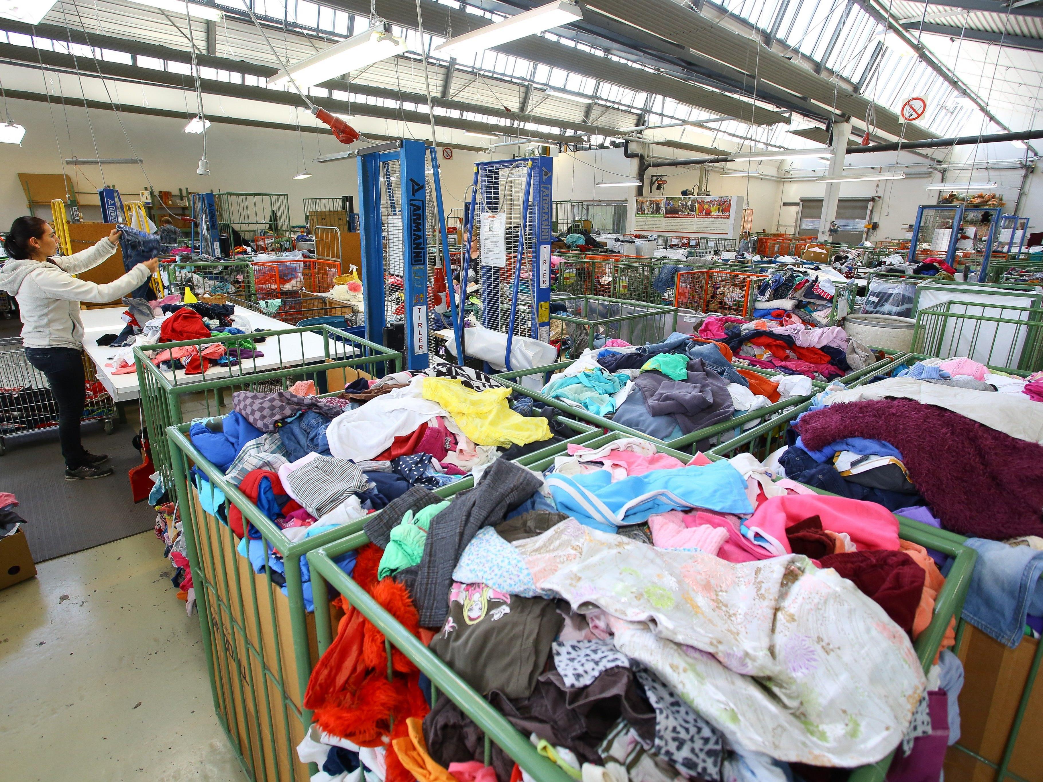 Die Altkleidersammlung wurde für die Caritas Vorarlberg zum einträglichen Geschäft. Jetzt wollen die Gemeinden ihren Anteil.