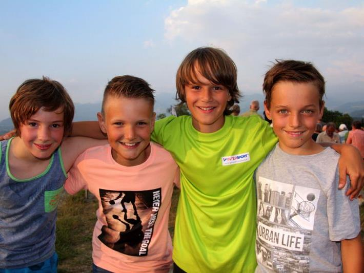 Oskar, Christoph, Jonas und Fabian genossen das Herumtoben und Stockbrotgrillen auf der Egg-Gantenstein.
