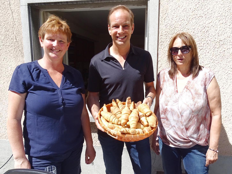 Brigitte Mathis, Bgm. Dieter Egger und Christine Linder (v.l.) luden zum Gratis-Frühstück in d´r Gass.