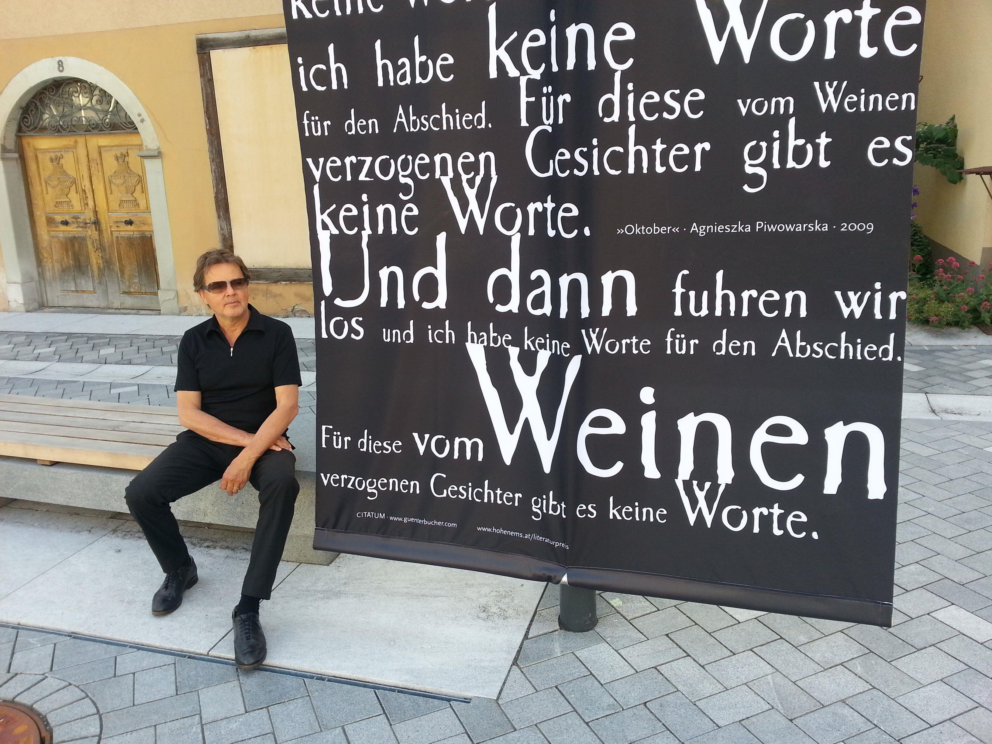 """Großformatig: Künstler Günter Bucher und die bis zu 30 Quadratmeter messenden """"Citatum""""-Schriftrollen."""