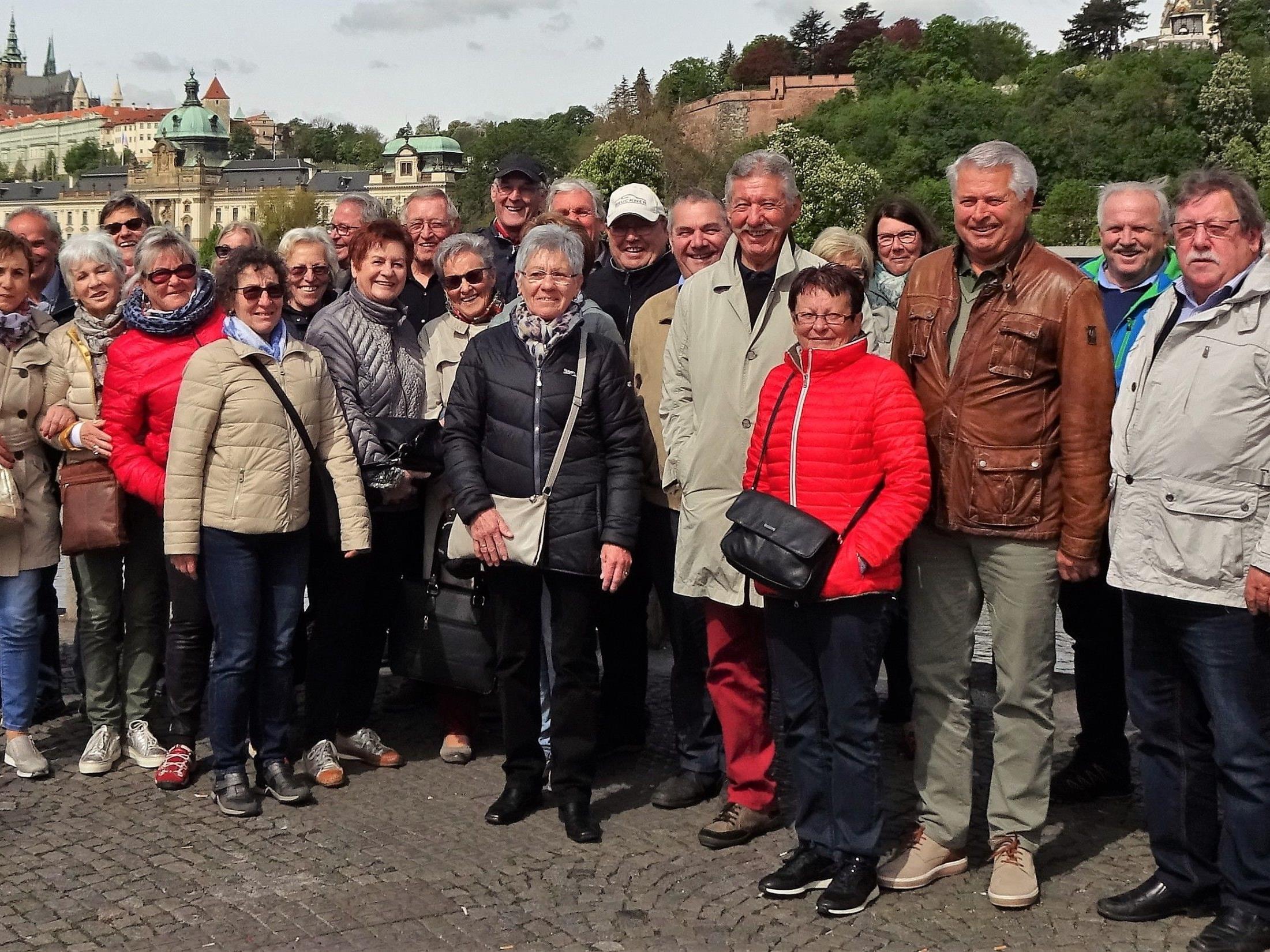 Die Reiseteilnehmer am Ufer der Moldau, im Hintergrund die Prager Burg