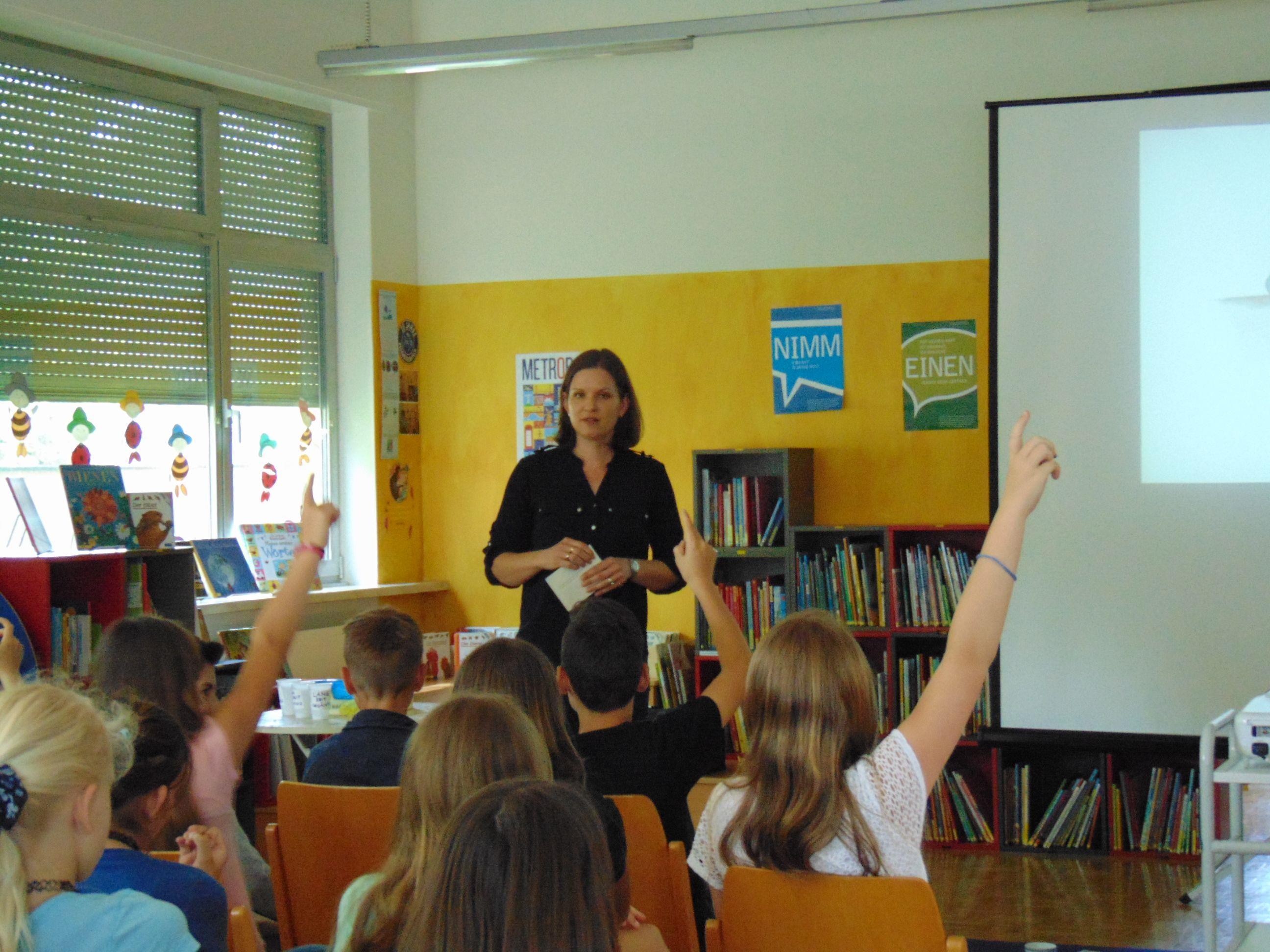 Alexandra Bereuter erklärte den Kindern spielerisch die Krankheit Demenz