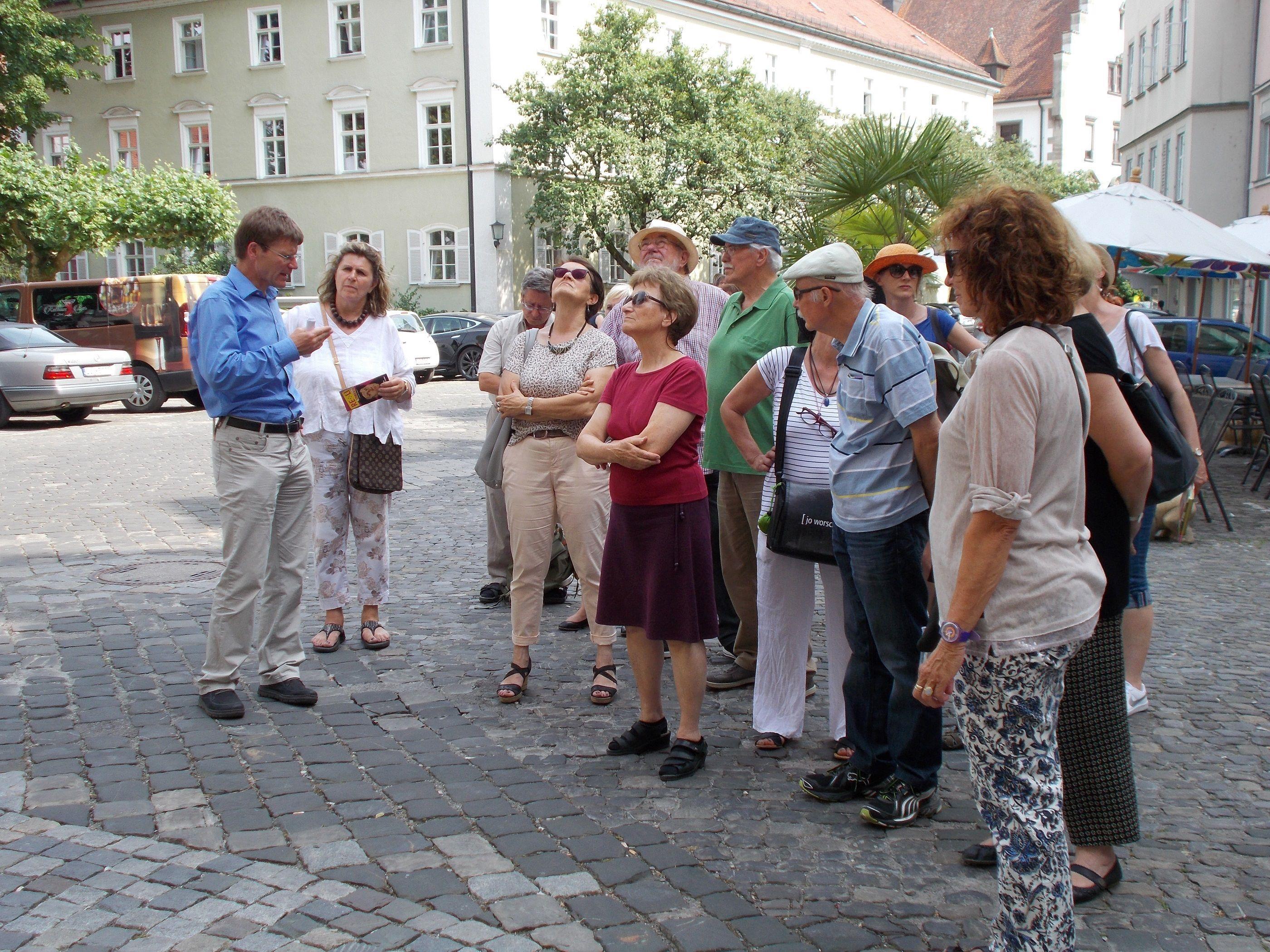Mit großem Engagement erläutert Stadtarchivar Heiner Stauder die spannende Geschichte der Reformation in Lindau.